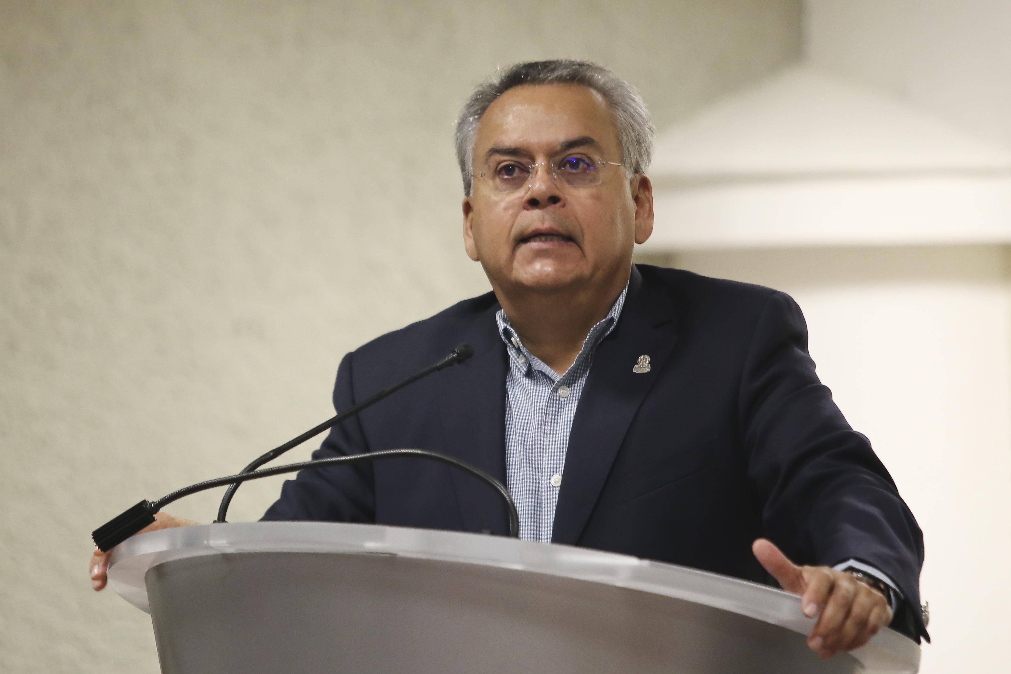 Dr. Salvador Chávez al micrófono en la presentación del libro