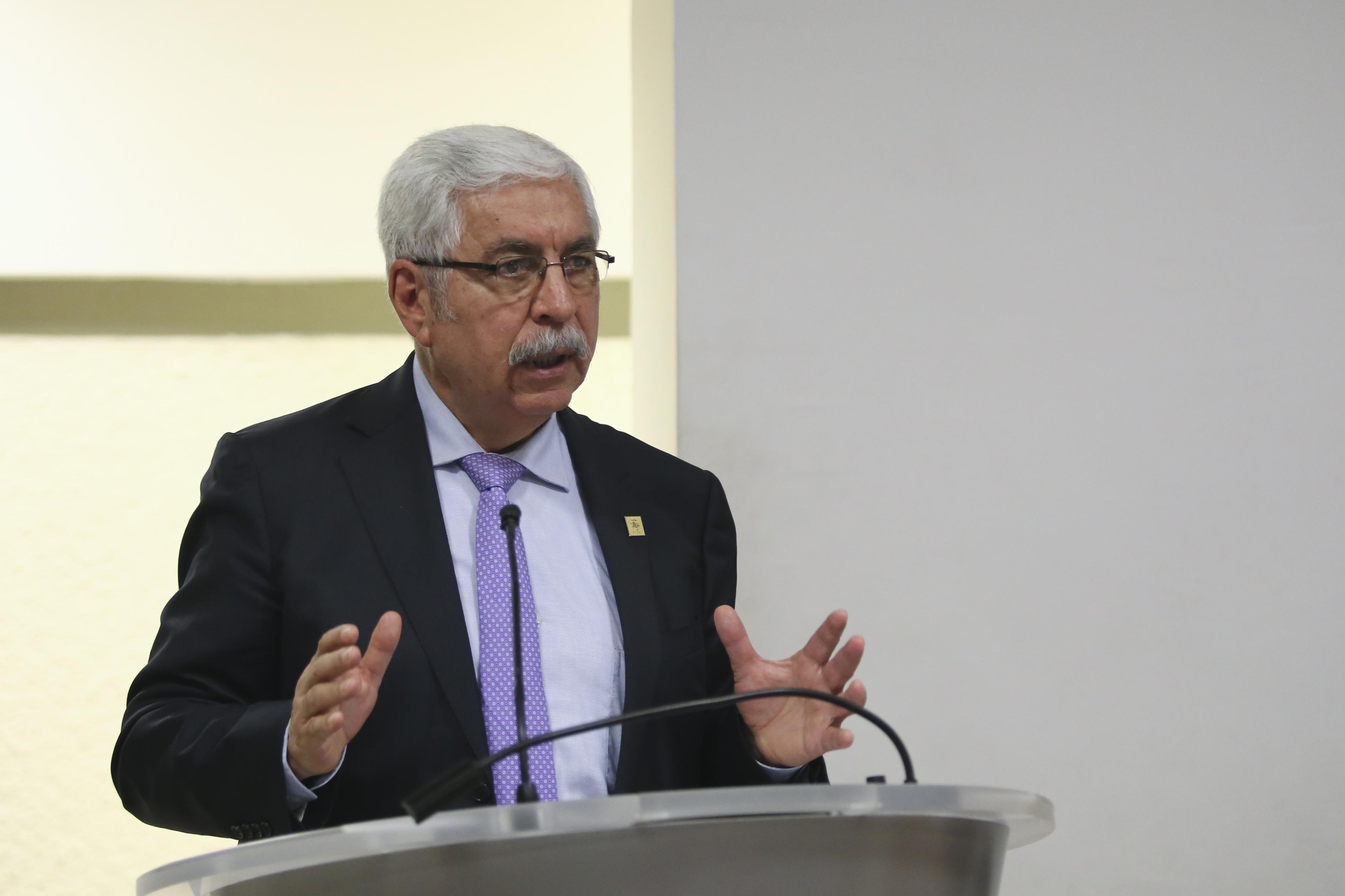 Dr Eduardo Manuel Robles Contreras al micrófono