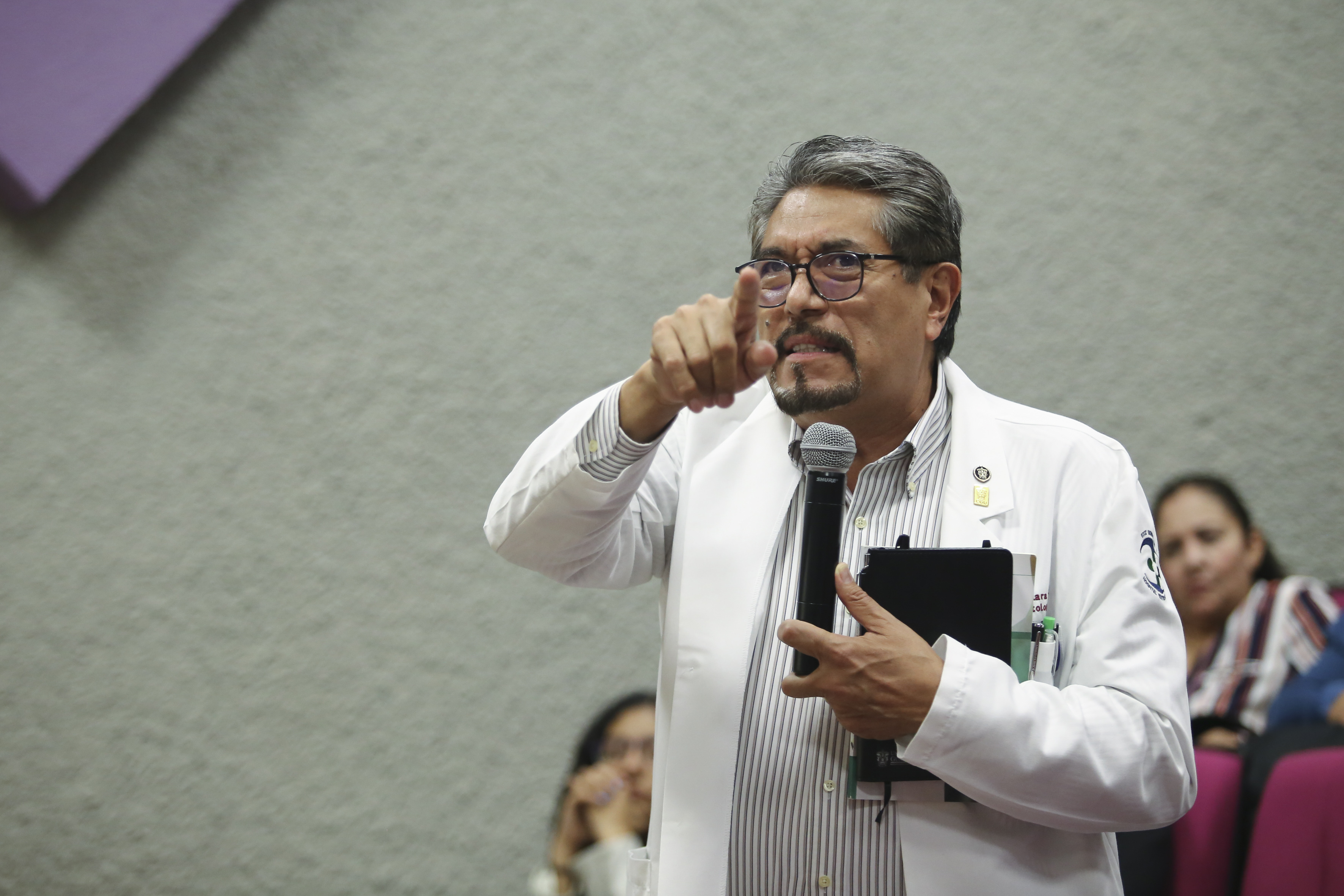 Dr. Juan Víctor Lara haciendo uso de la palabra