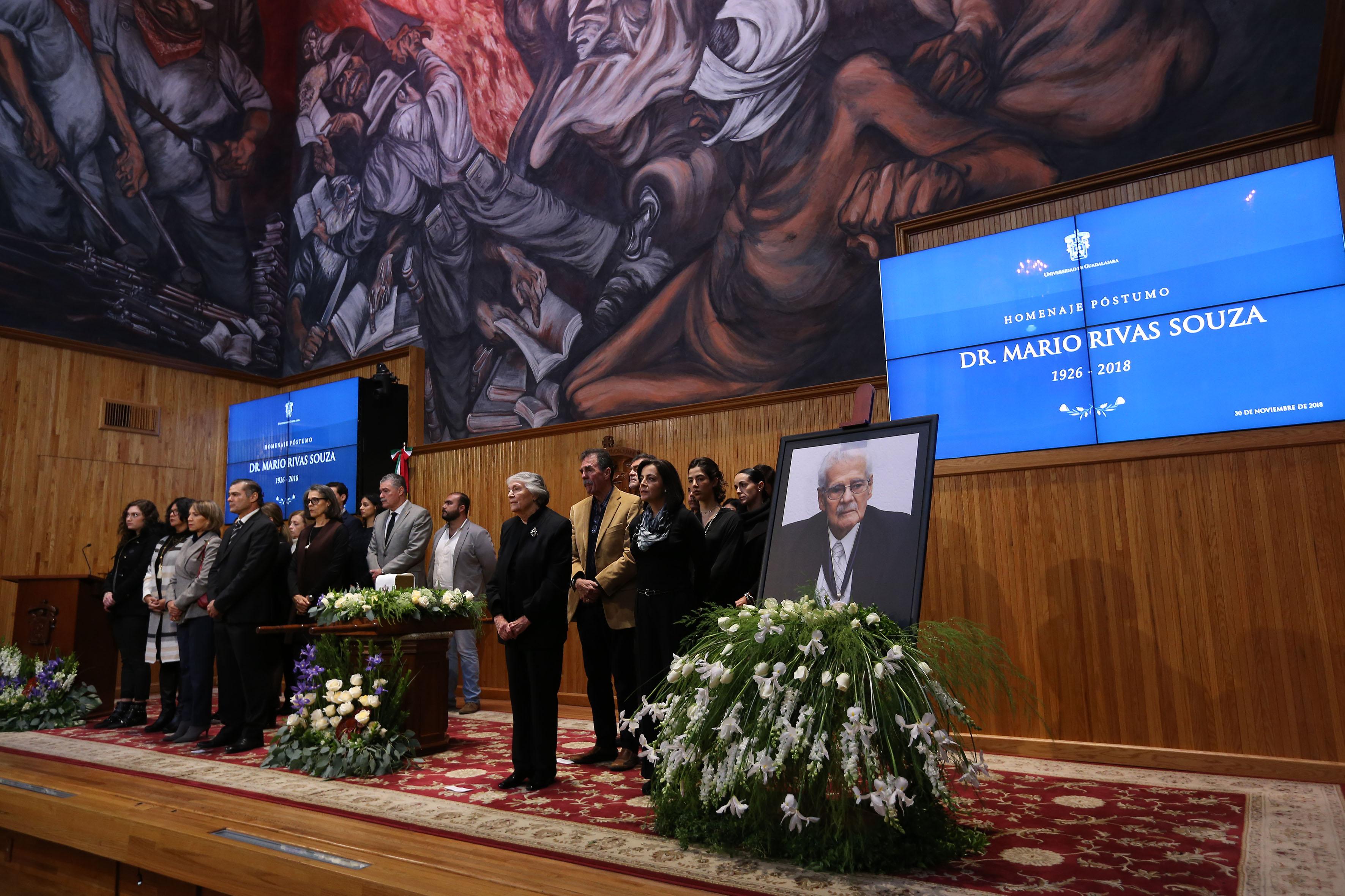 Guardia de honor integrada por familiares del Dr. Mario Rivas S.