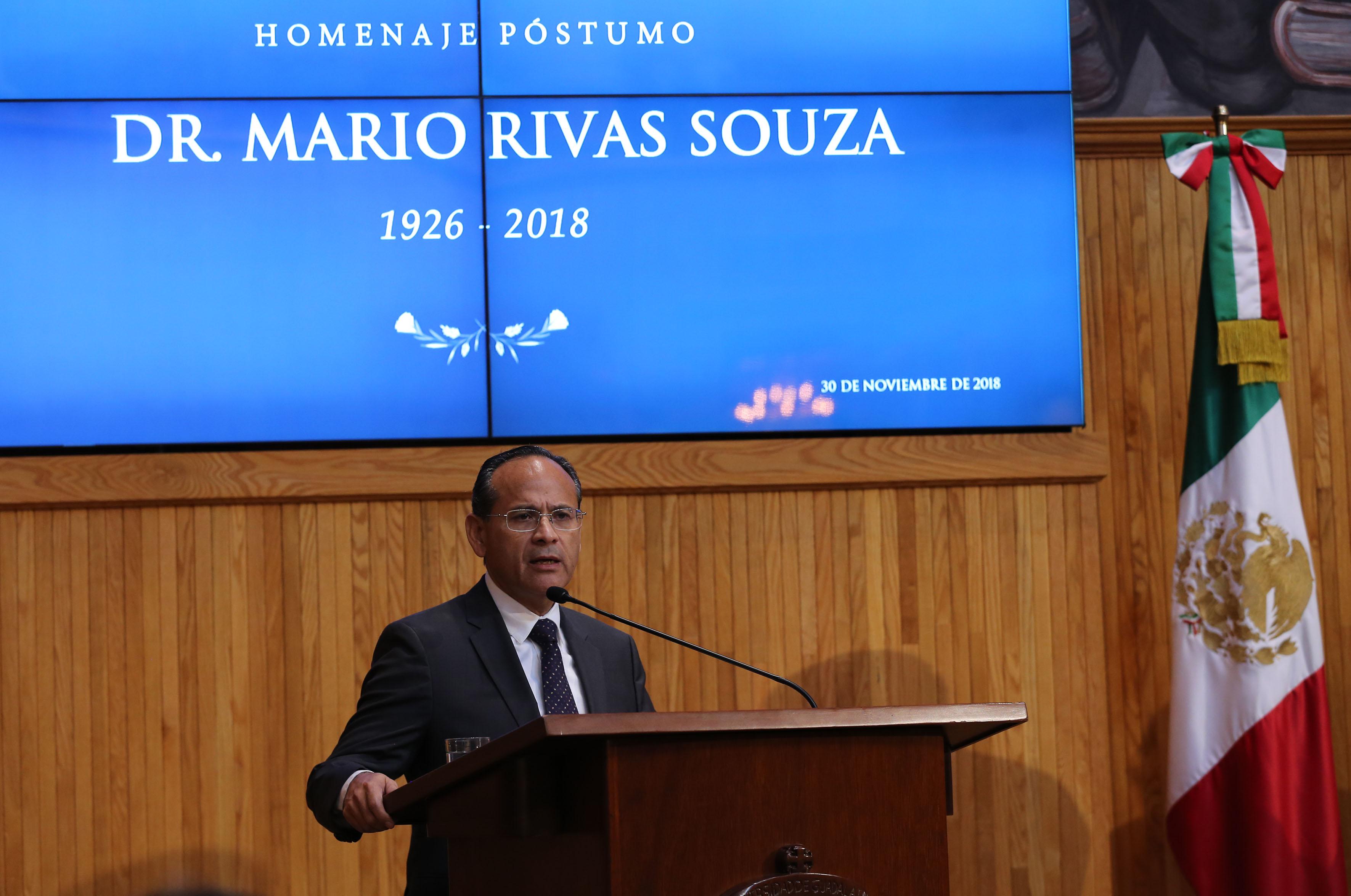 Director General de los Hospitales Civiles al micrófono en el podio del Paraninfo