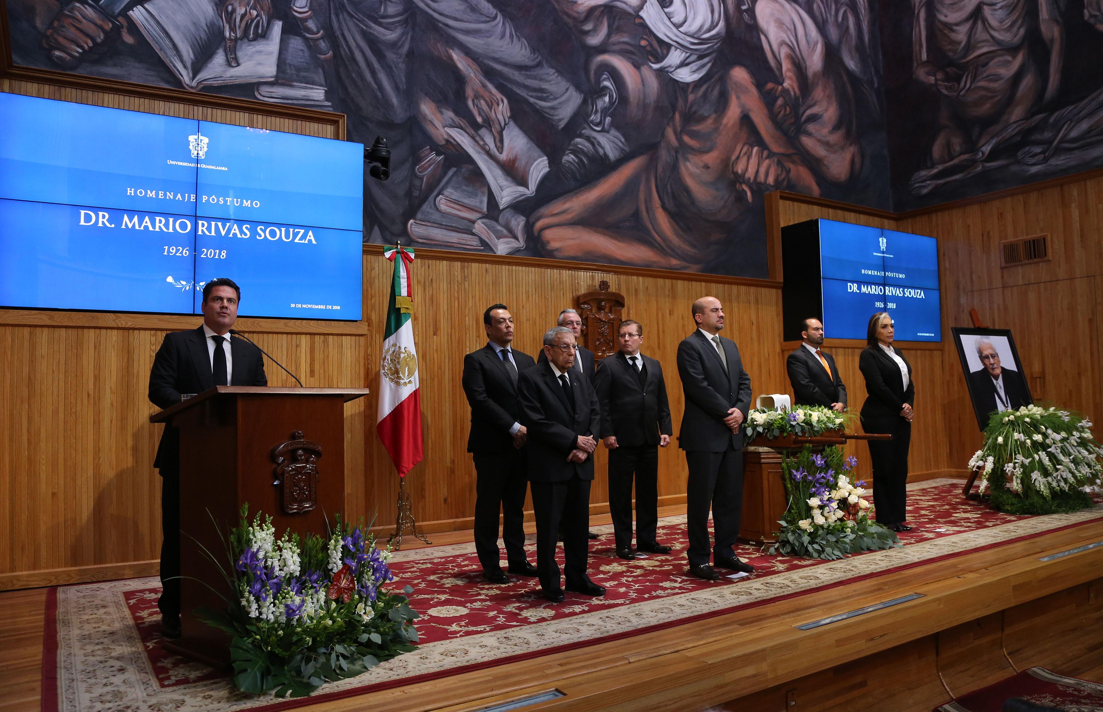 Gobernador de Jalisco al micrófono en el podio del Paraninfo