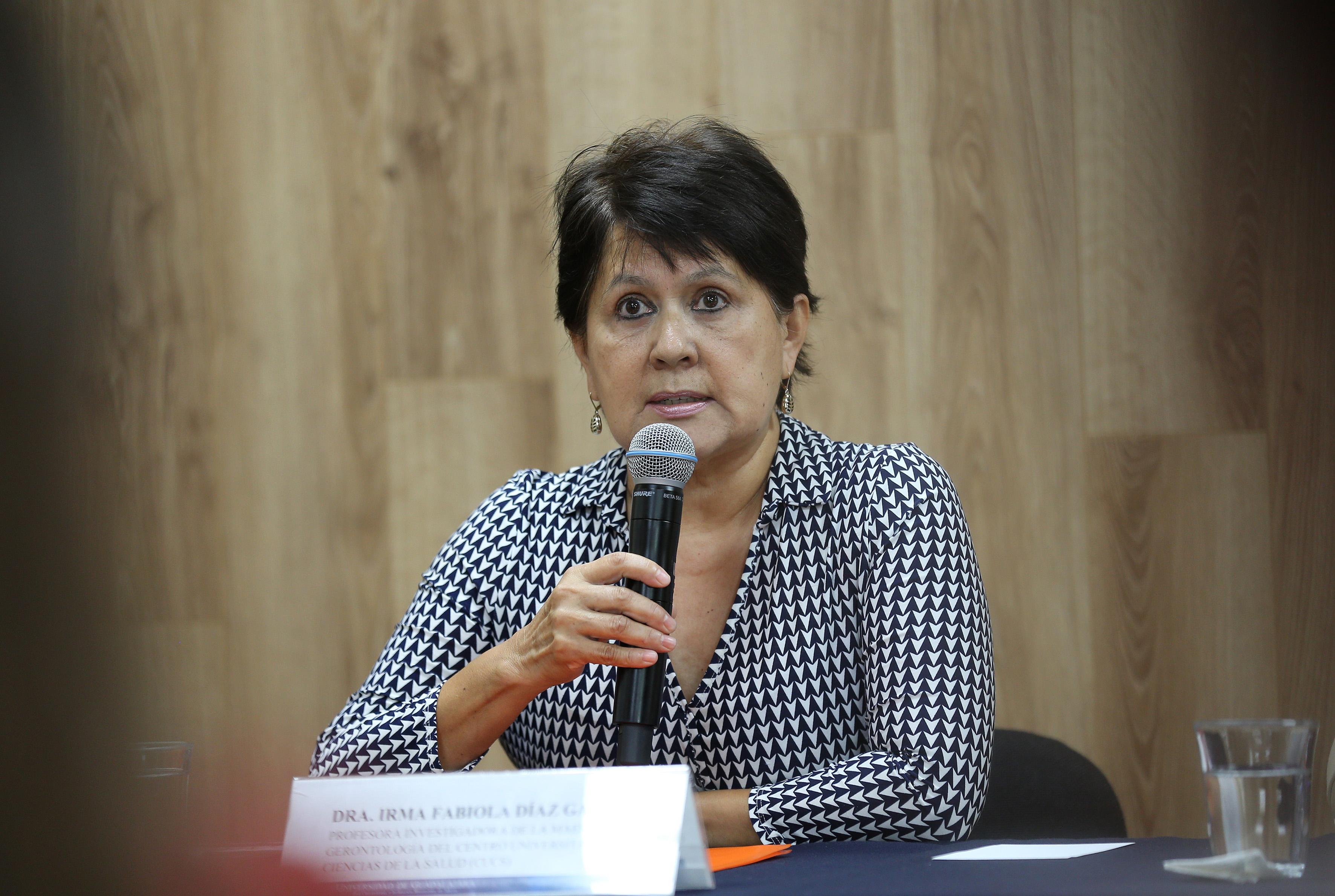 Dra Irma Fabiola Díaz García en rueda de prensa haciendo uso de la voz