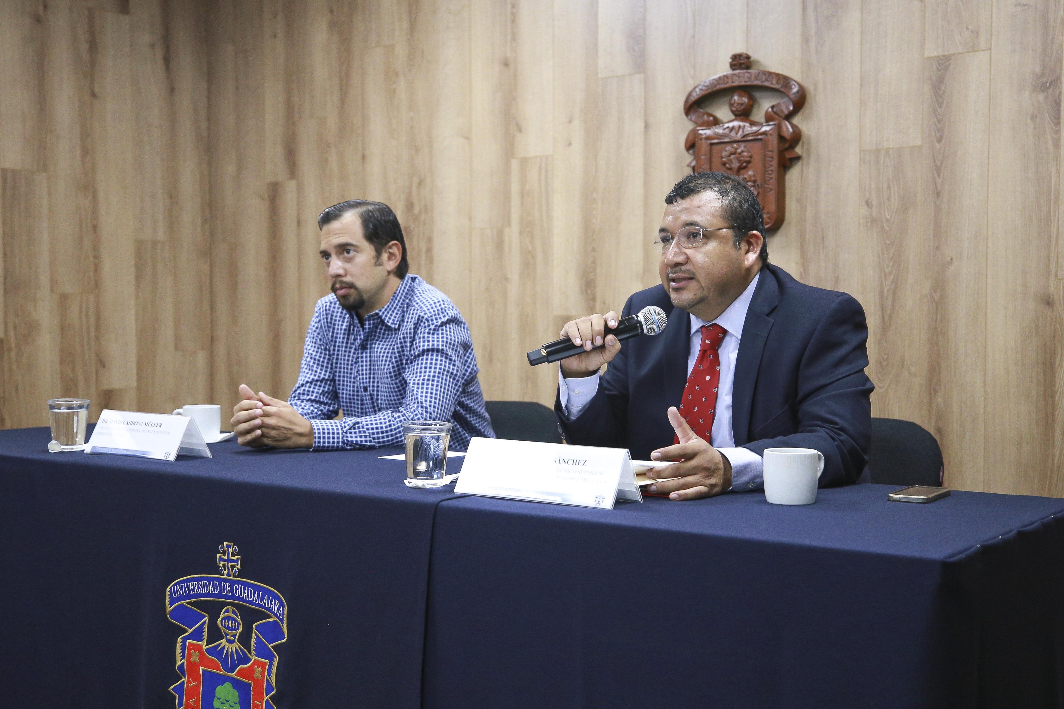 Ponentes de la rueda de prensa, al micrófono el Dr. Gerardo Rojas