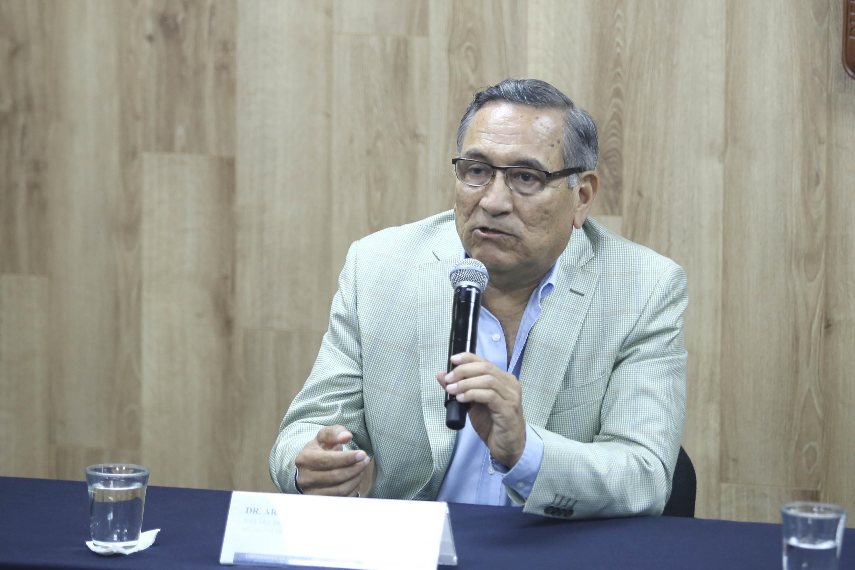 Dr. Arturo Panduro Cerda, disertando en la rueda de prensa