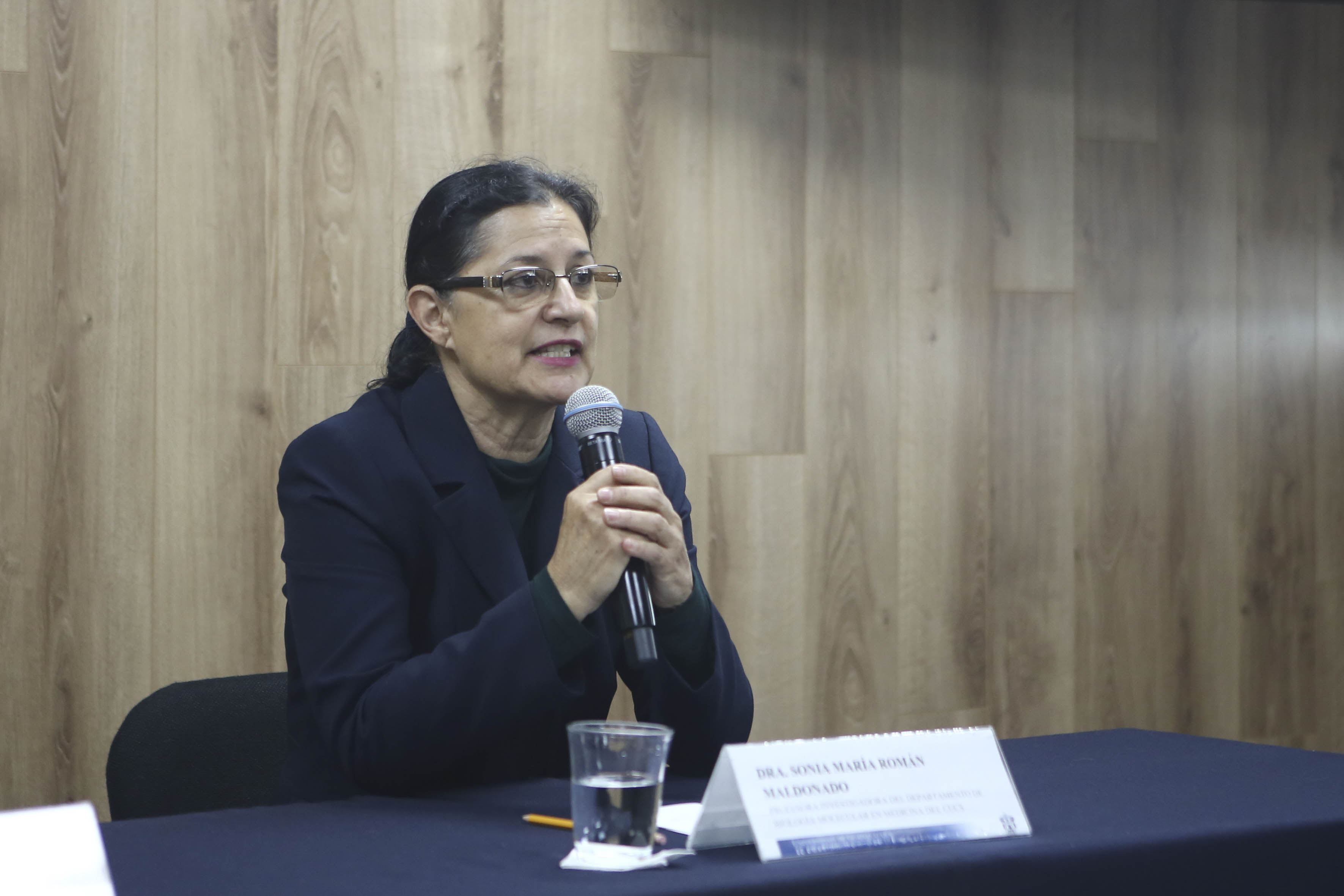 Dra. Sonia Román disertando durante la rueda de prensa