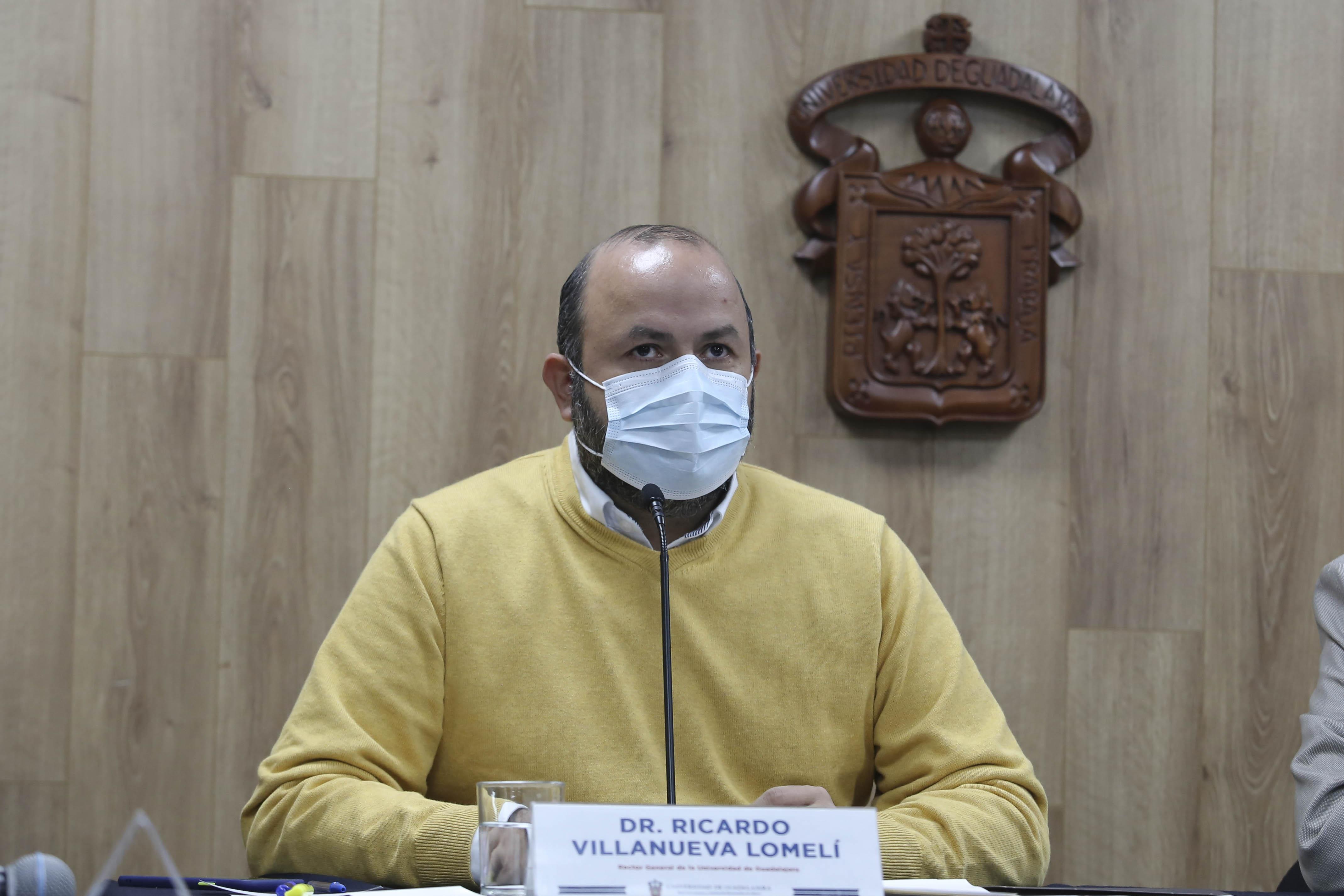 Rector General de la UdeG presidiedo  la rueda de prensa