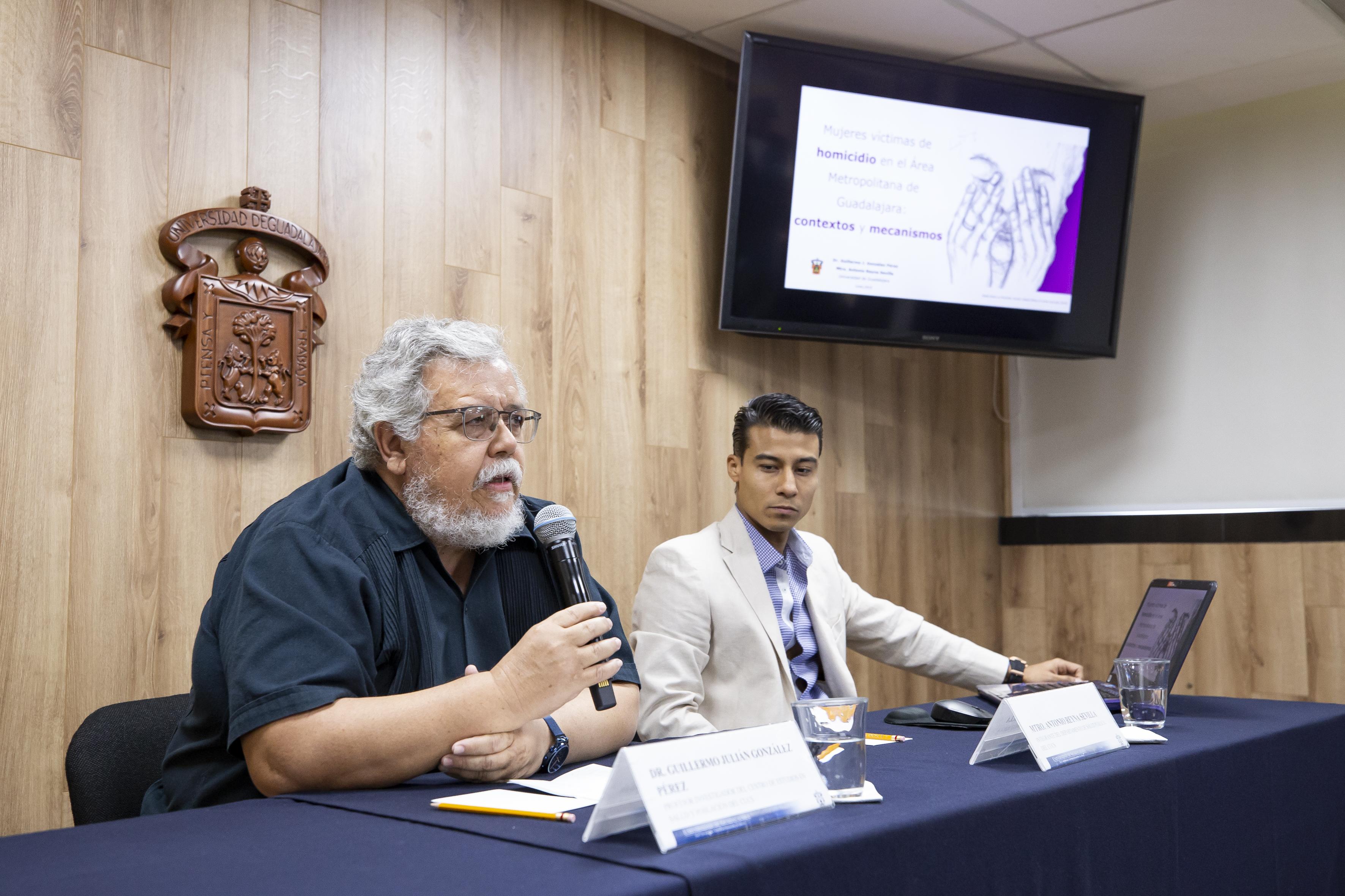 Dr. Guillermo González haciendo uso de la voz en rueda de prensa