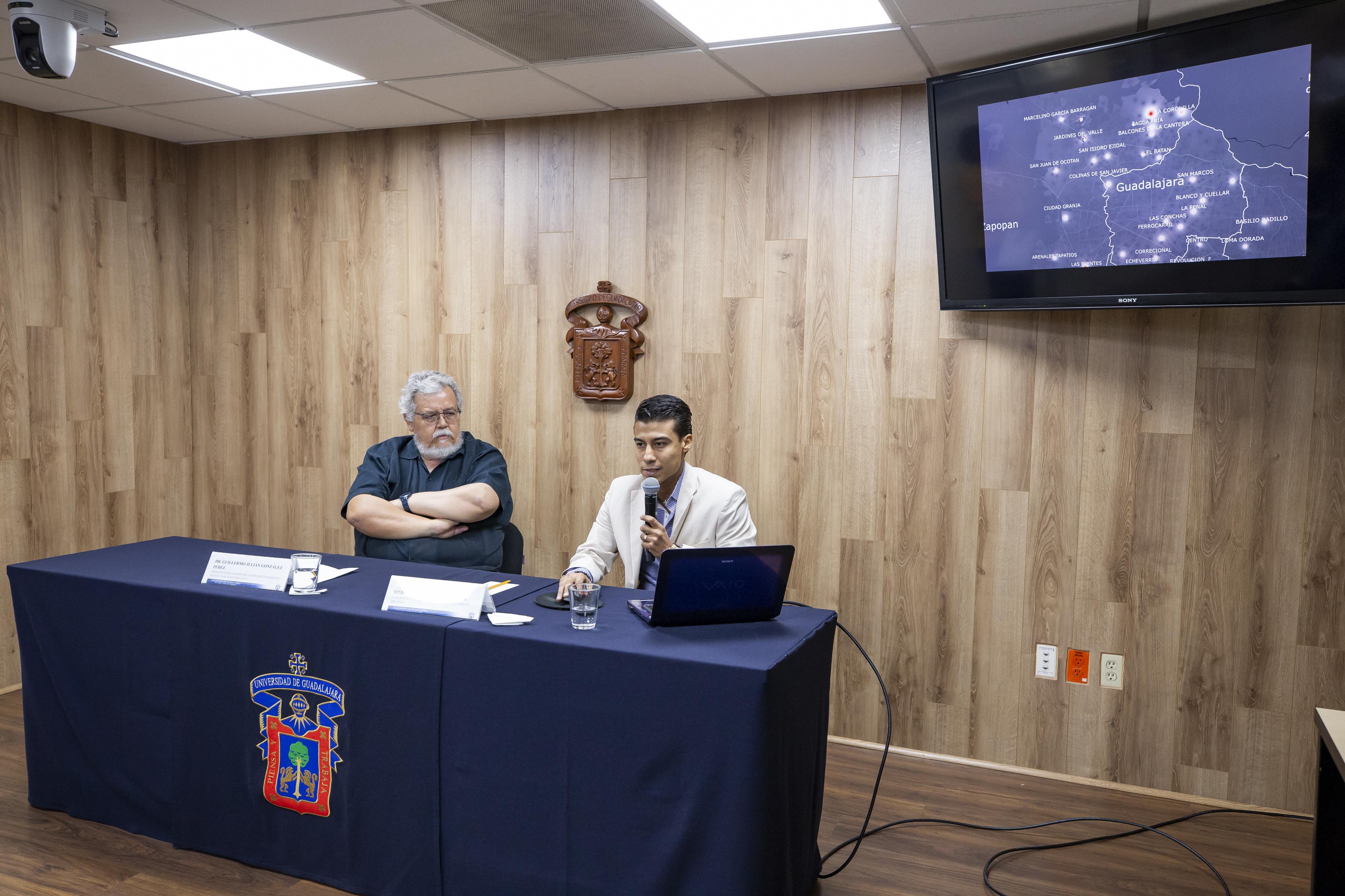 Mtro. Antonio Reyna haciendo uso de la voz en rueda de prensa