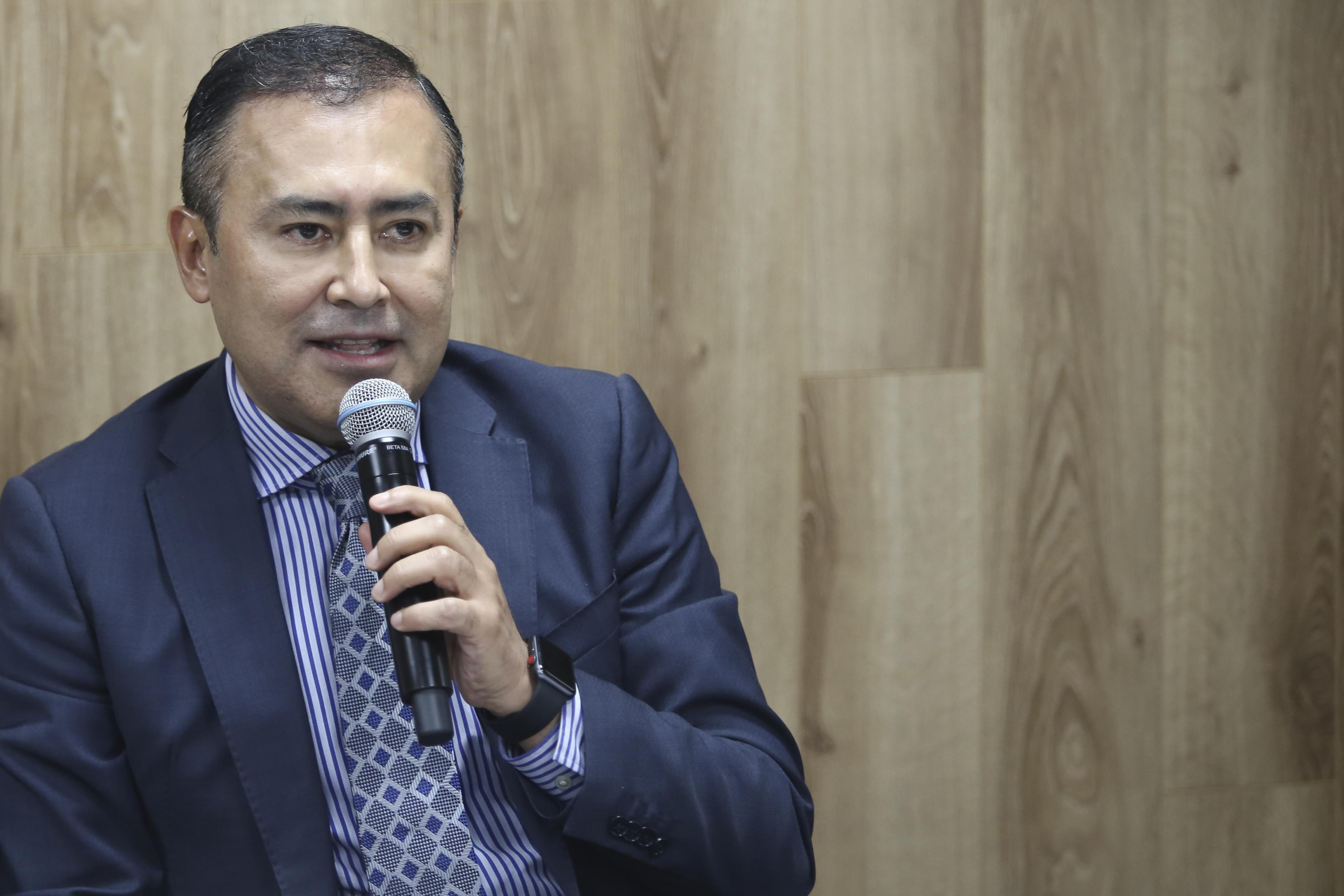 Dr. Jaime Andrade al micrófono en la rueda de prensa
