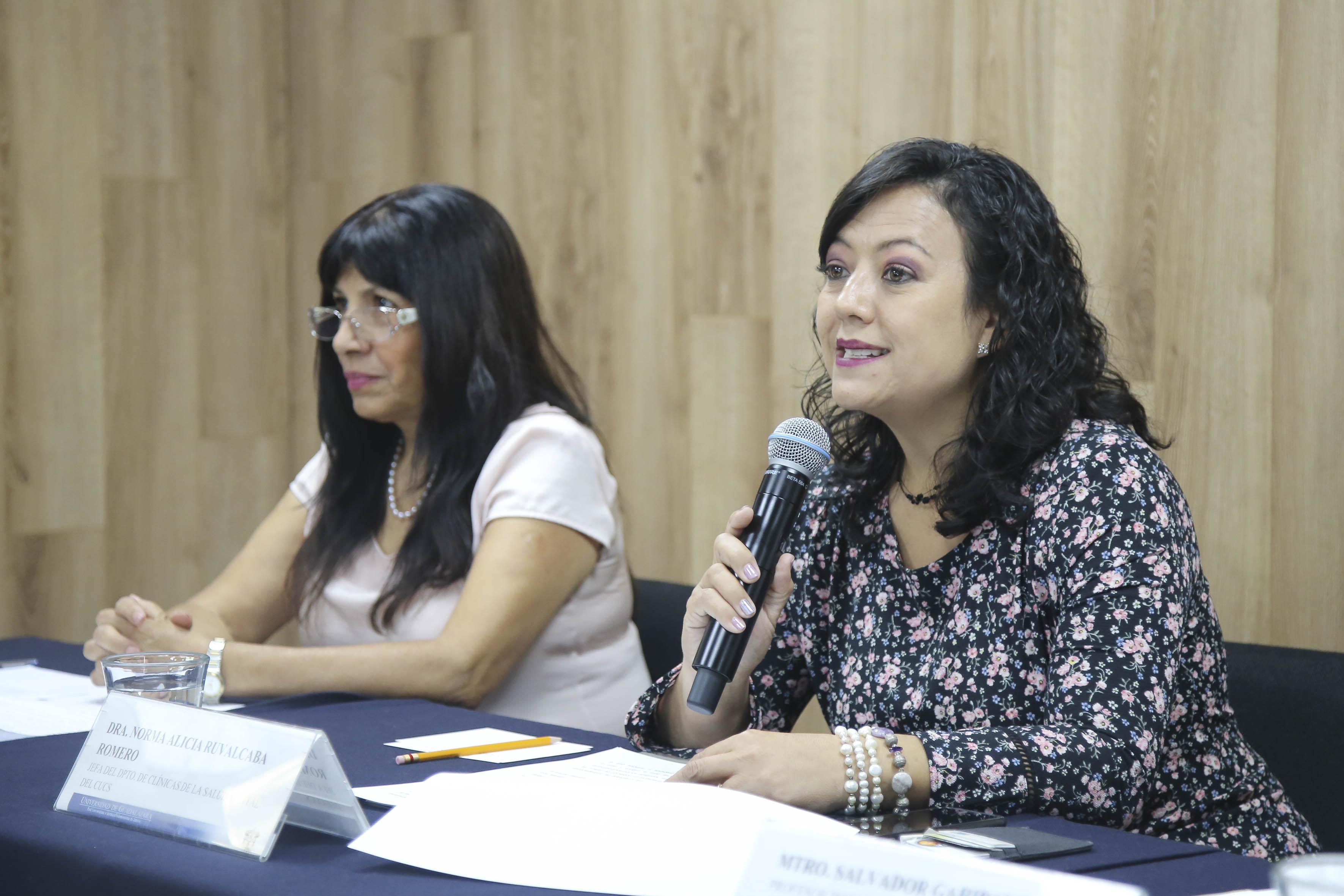 Al micrófono la Dra. Norma Ruvalcaba