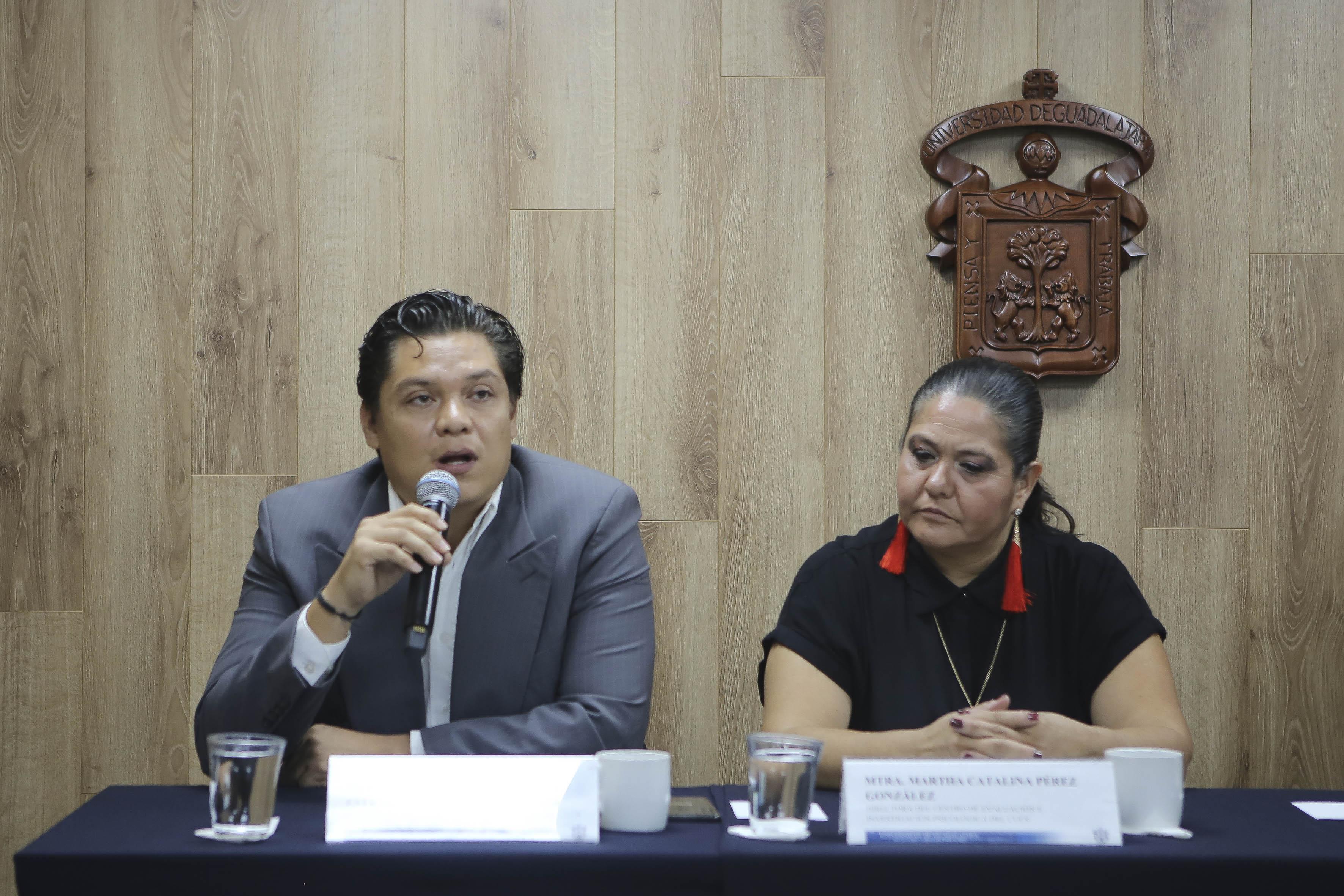 Psic. Víctor Orozco Estrada tomando la palabra en rueda de prensa