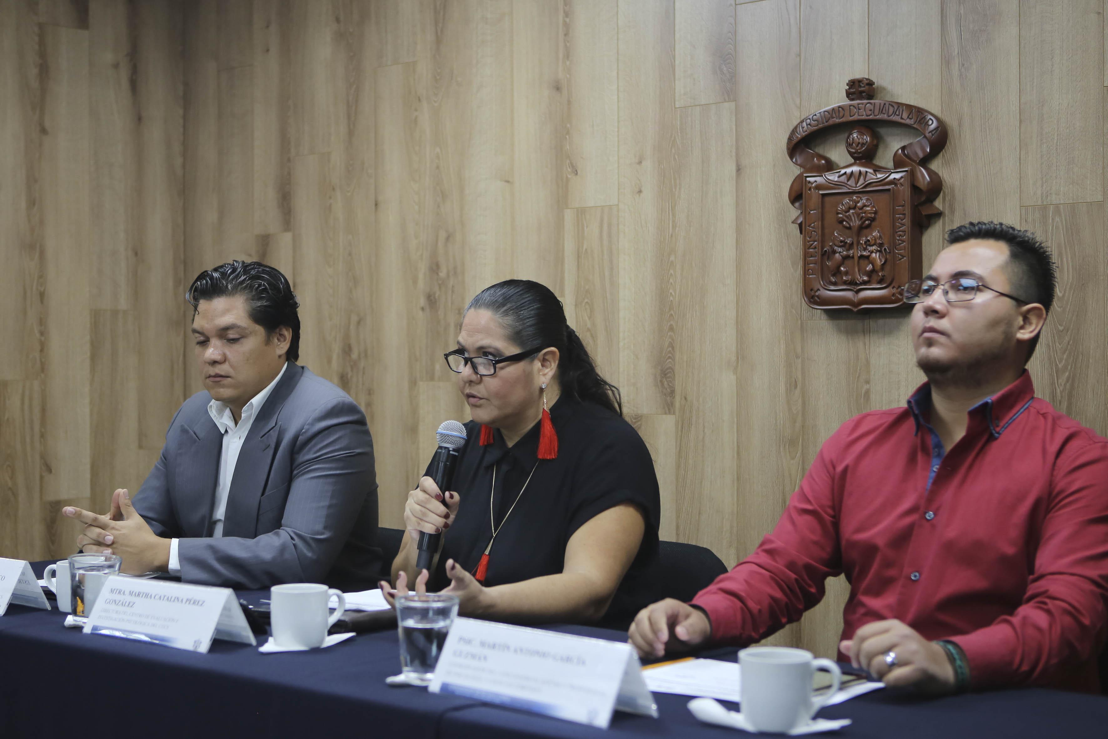 Mtra. Martha Catalina Pérez González tomando la palabra en rueda de prensa