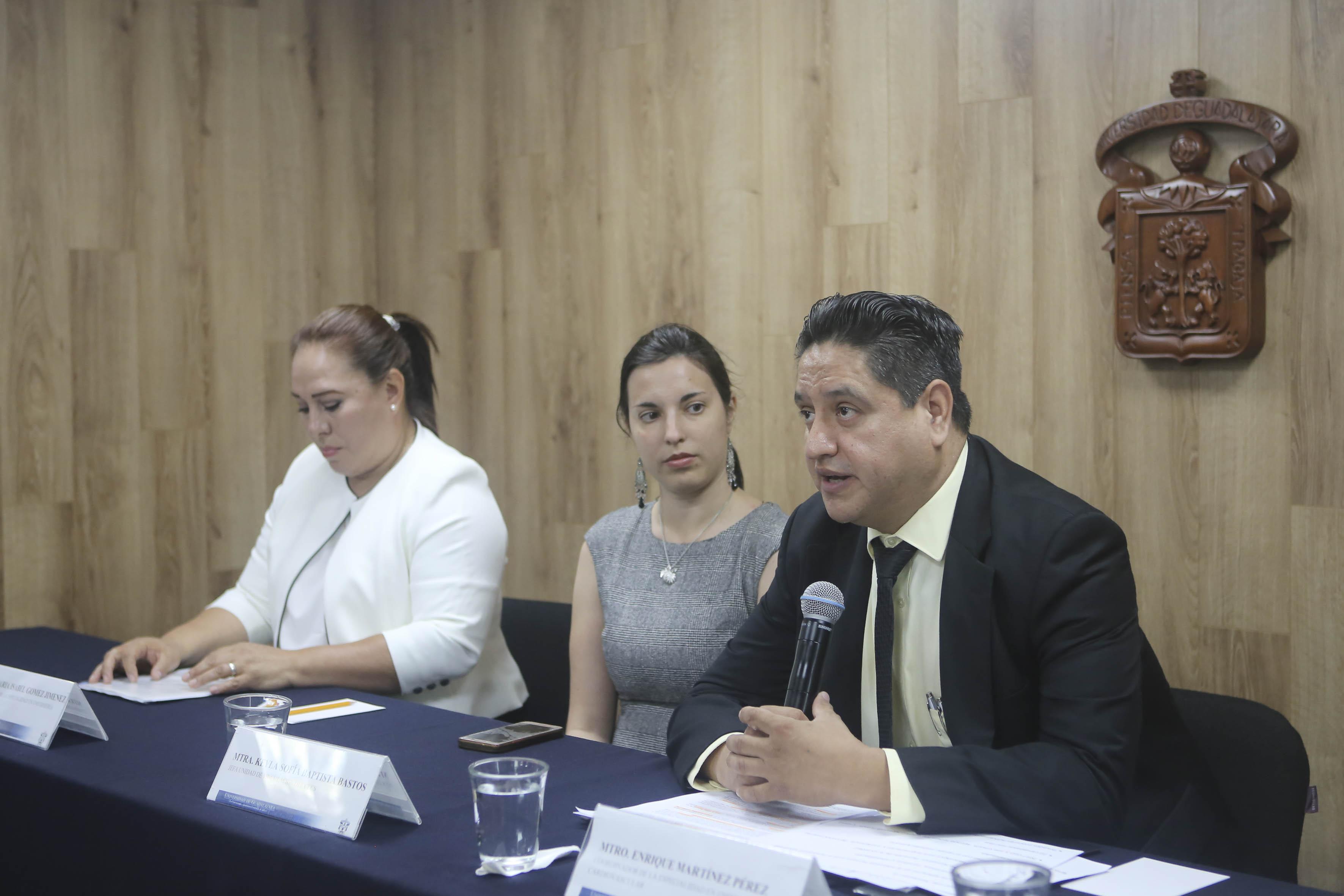 Mtro. Enrique Martínez al micrófono en rueda de prensa