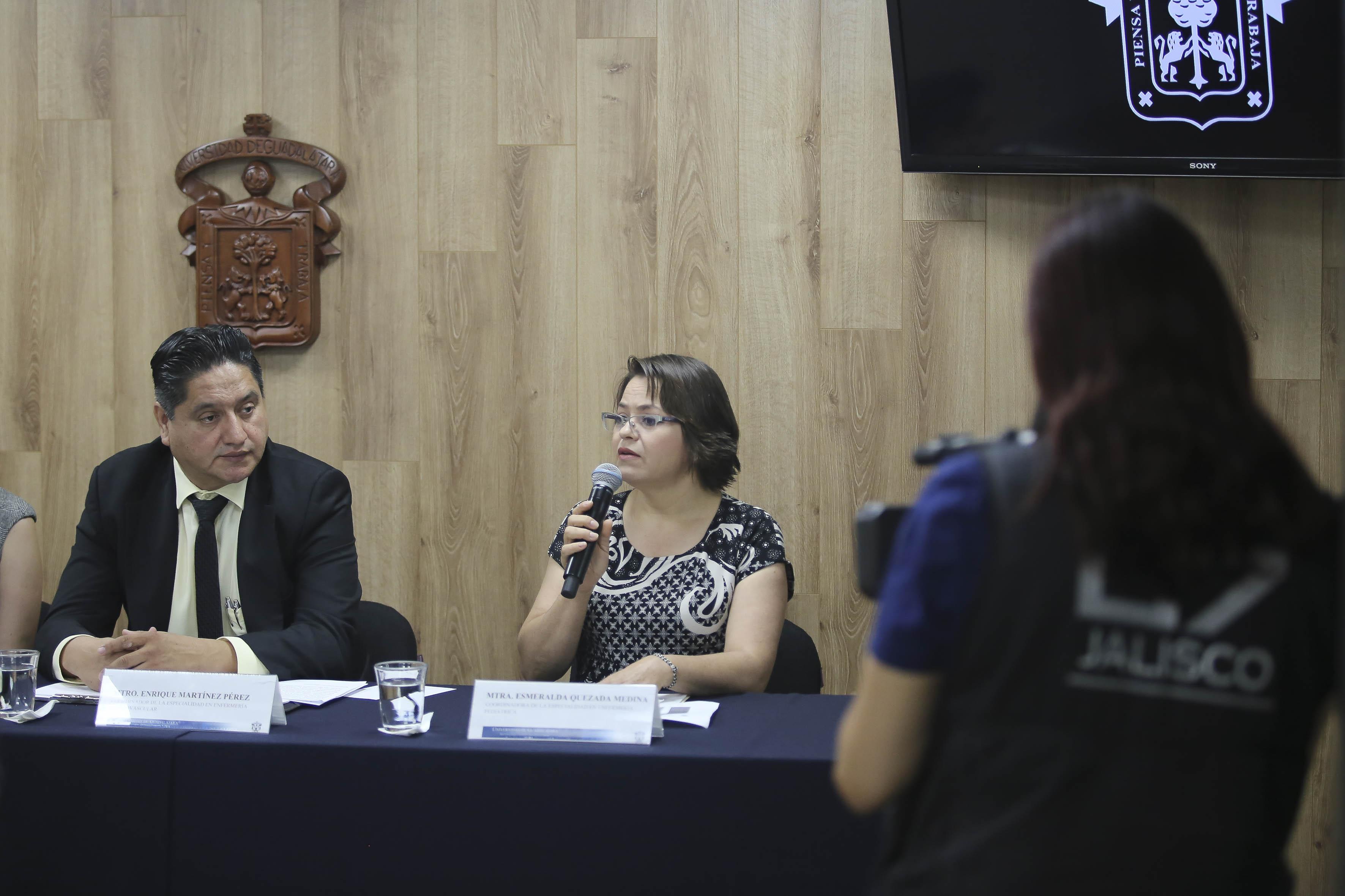 Mtra. Esmeralda Quezada al micrófono en rueda de prensa