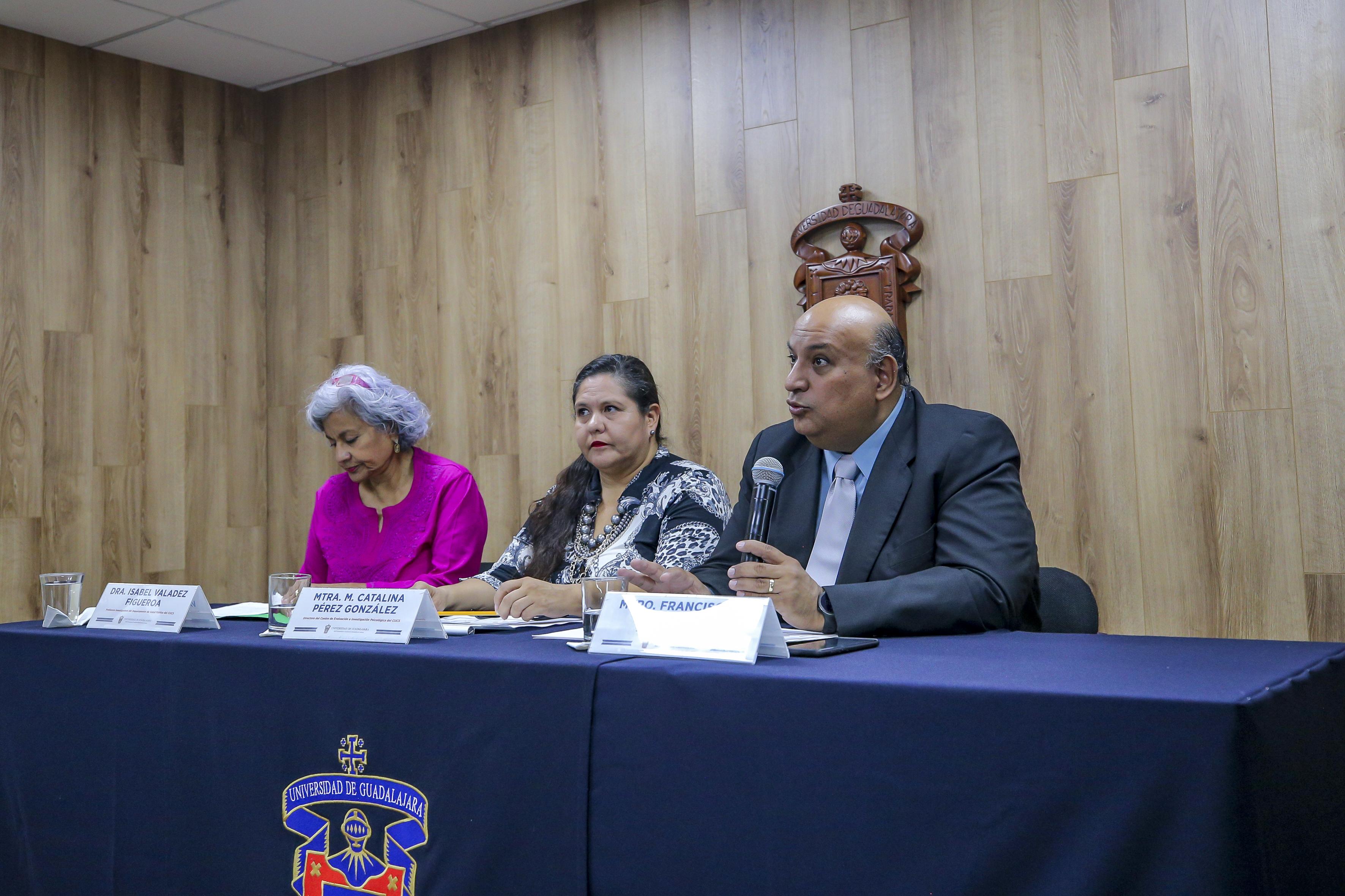 Miembros del presídium, al micrófono Mtro. Francisco Gutiérrez