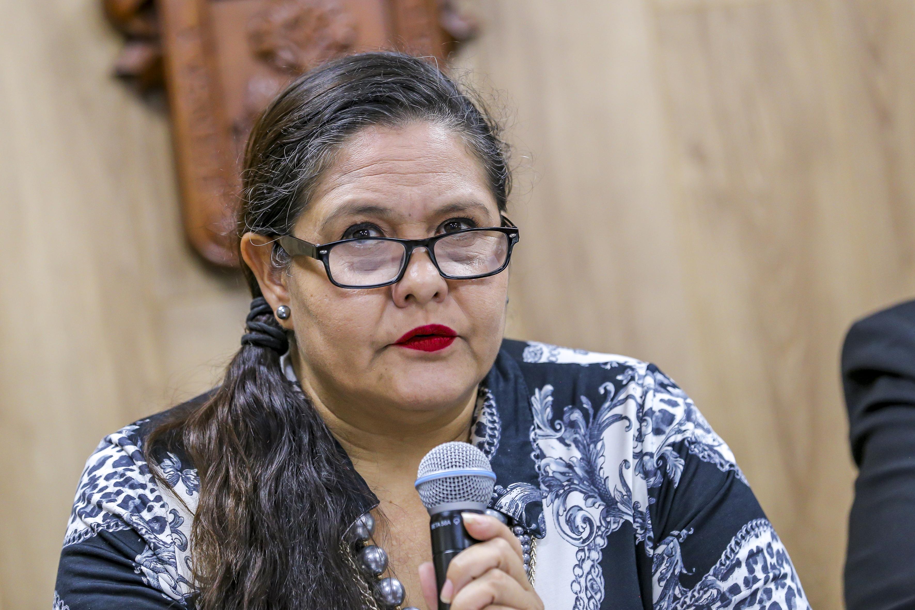 Mtra. Caty Pérez al micrófono