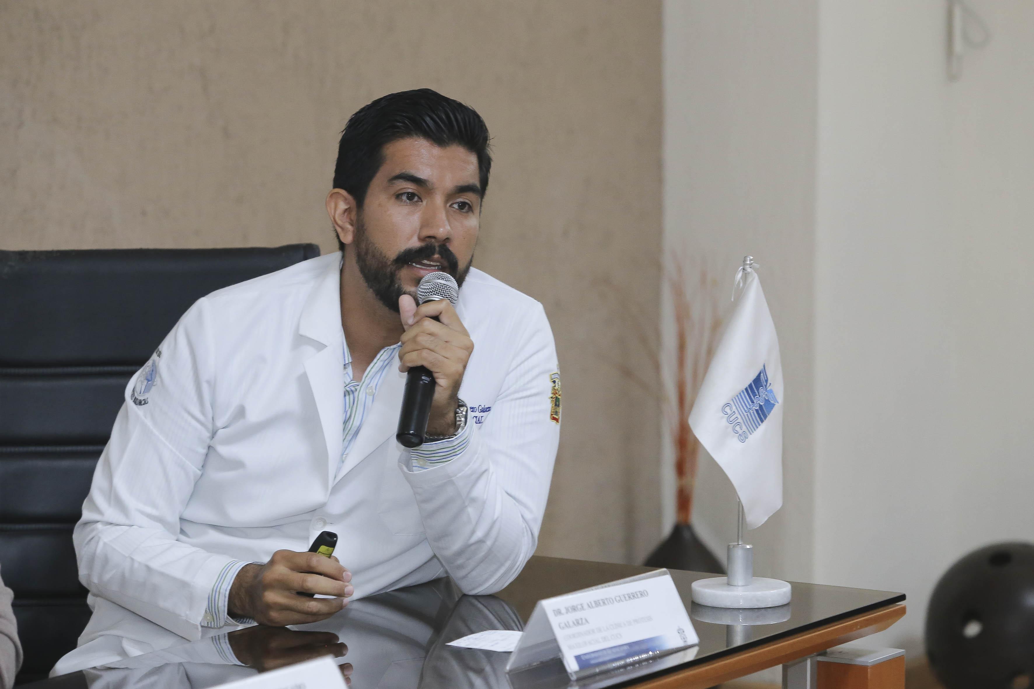 Dr. Jorge Alberto Guerrero, haciendo uso de la voz en rueda de prensa