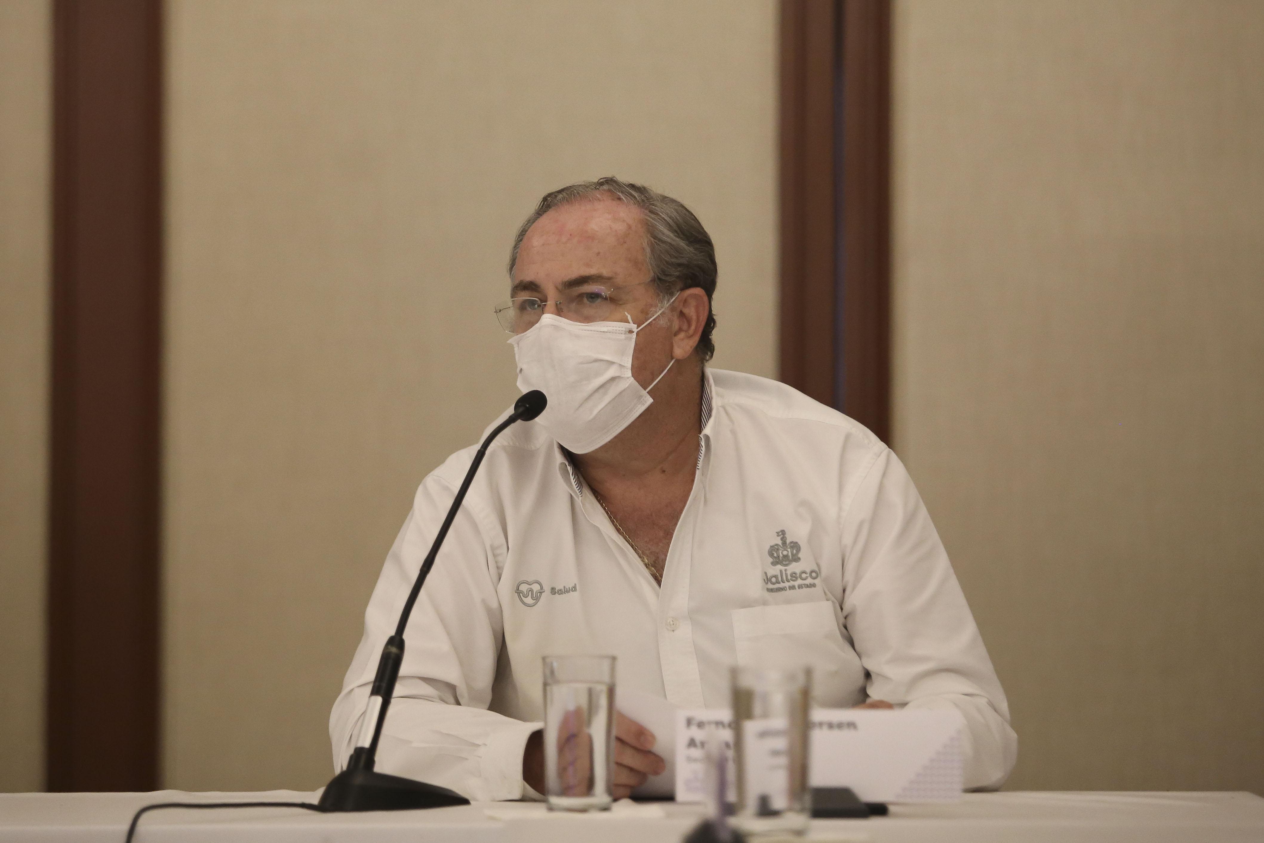 Secretario de Salud al micrófono