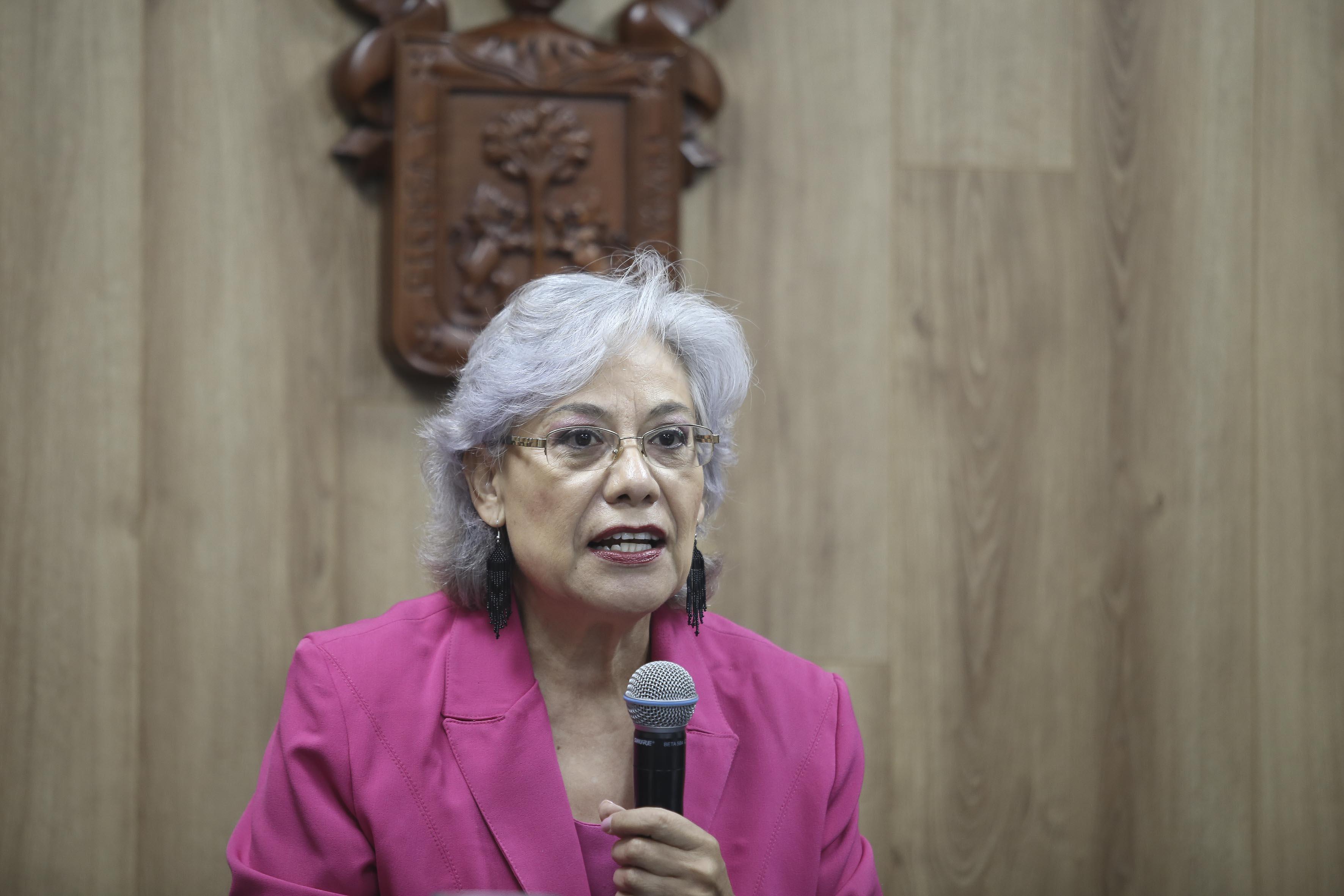 Coordinadora Mestria en Salud Ocupacional tomando la palabra en rueda de prensa