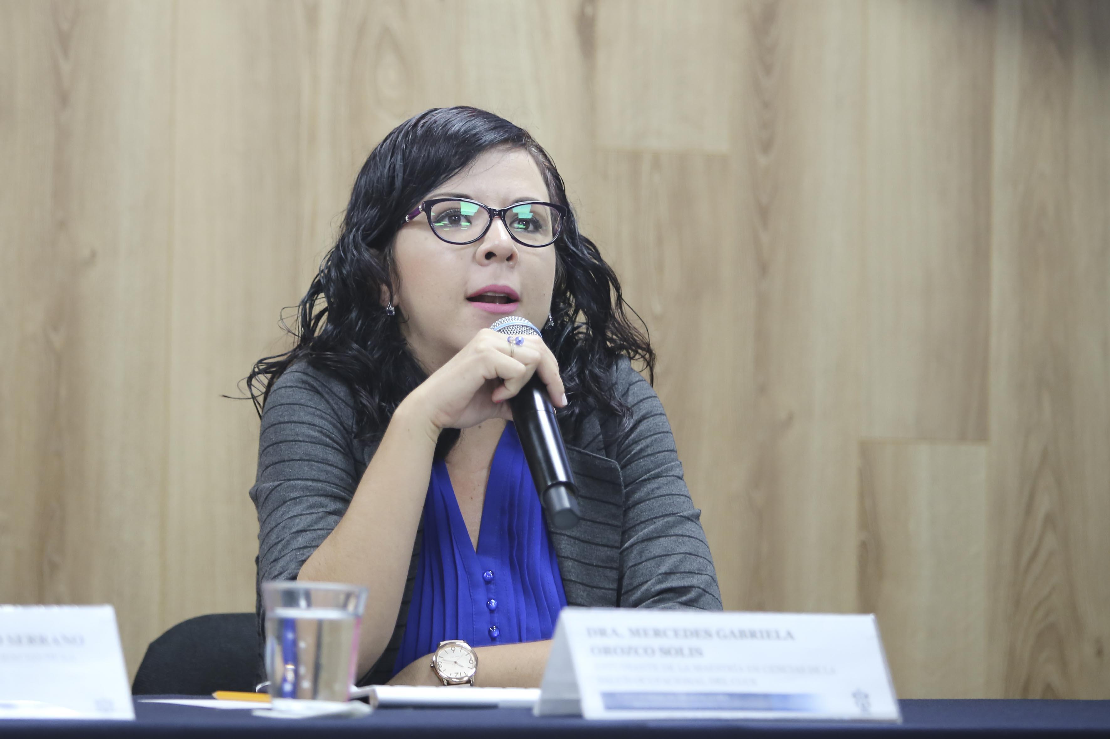 Dra. en Salud Ocupacional tomando la palabra en rueda de prensa