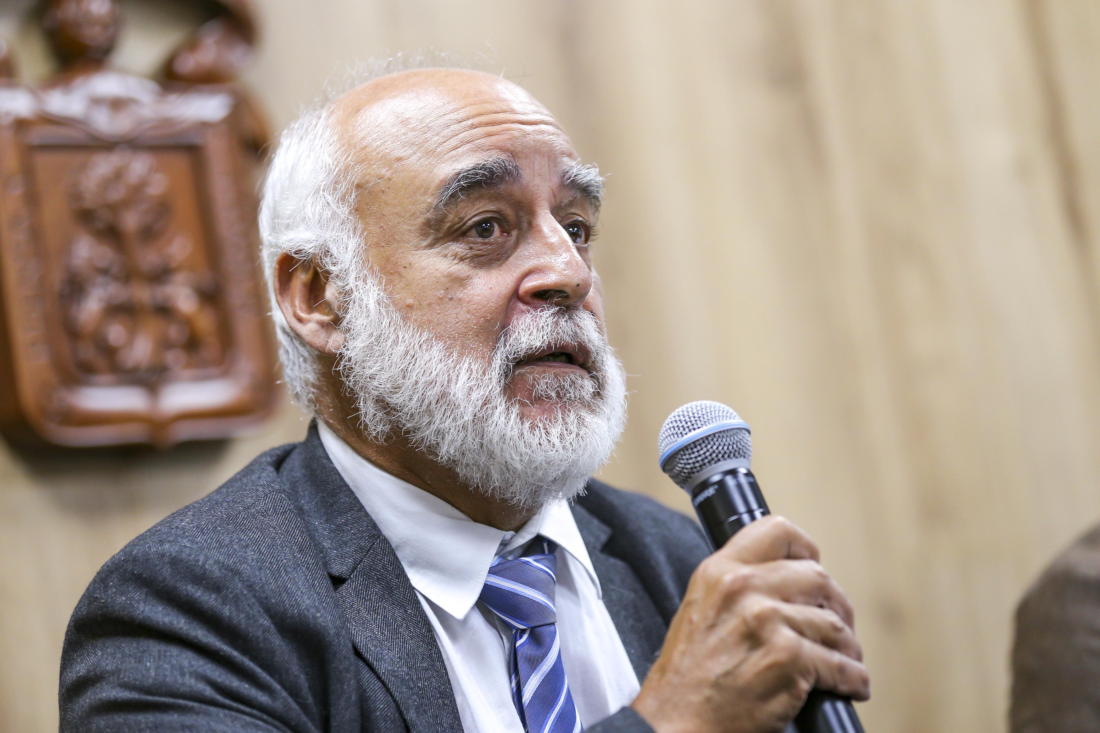 Director de Investigación del Instituto Pasteur de París al micrófono