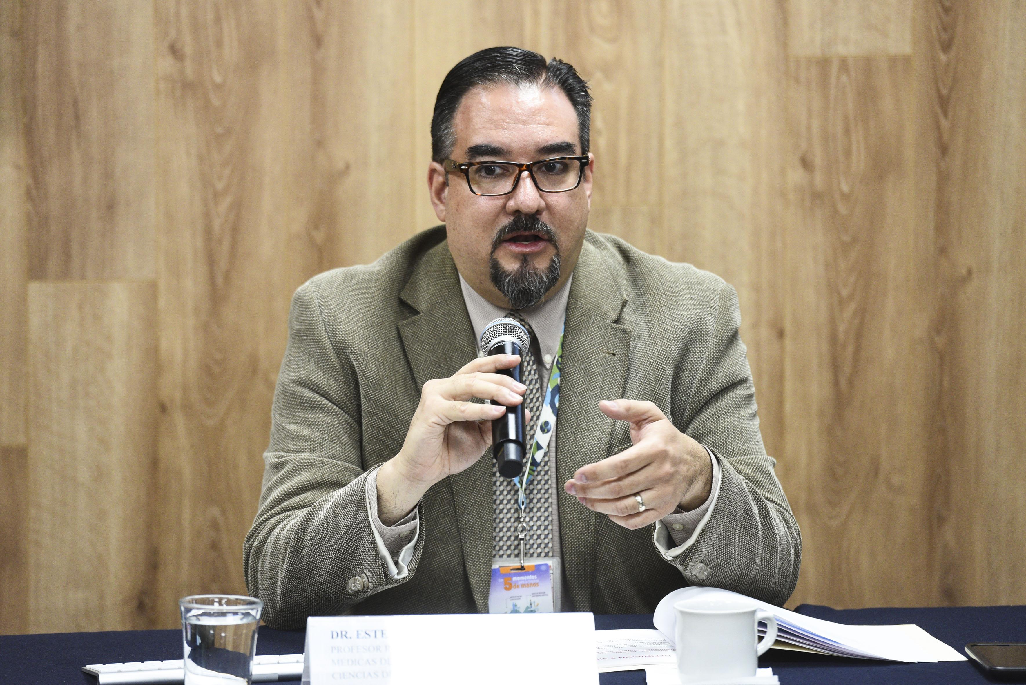 Dr. Esteban González tomando la palabra
