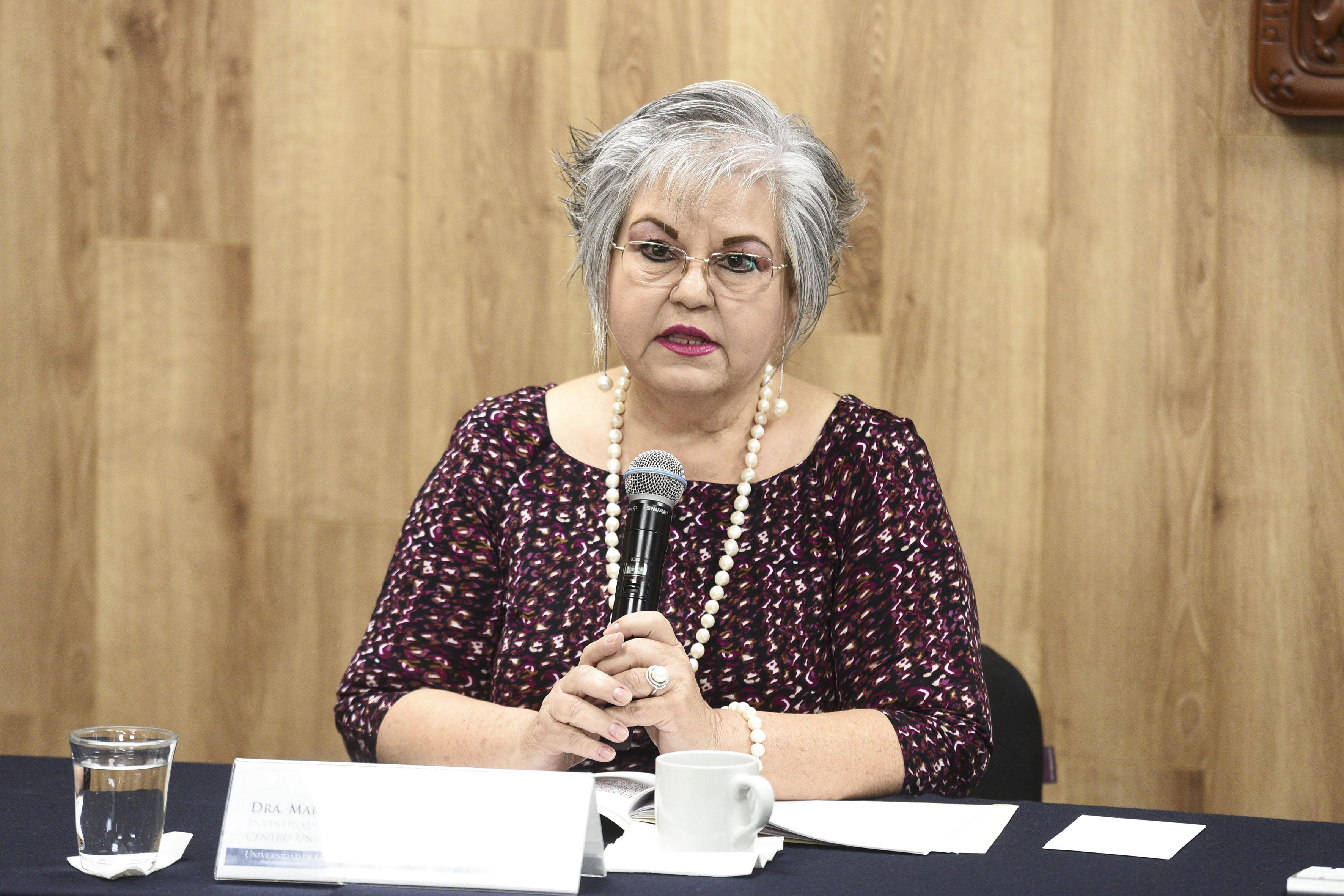 Dra Marina Kasten tomando la palabra