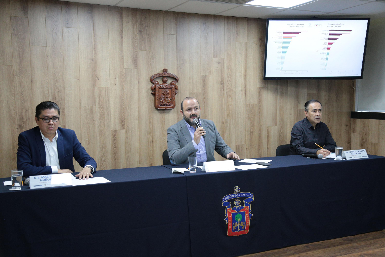 Una de las ruedas de prensa con el rector General, el rector de CUCS y el director General del HCG
