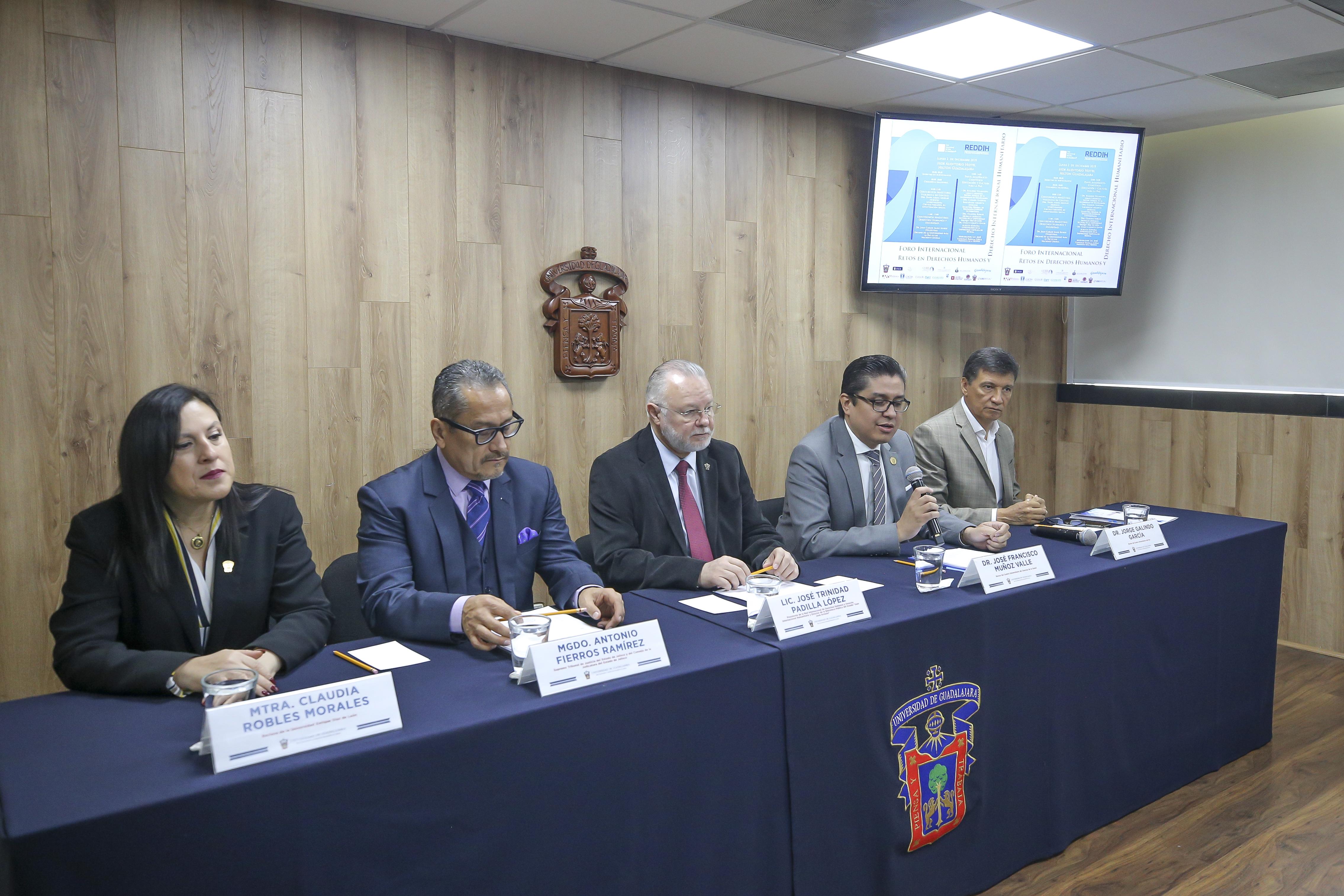 Miembros del presídium, rector CUCS tomando la palabra