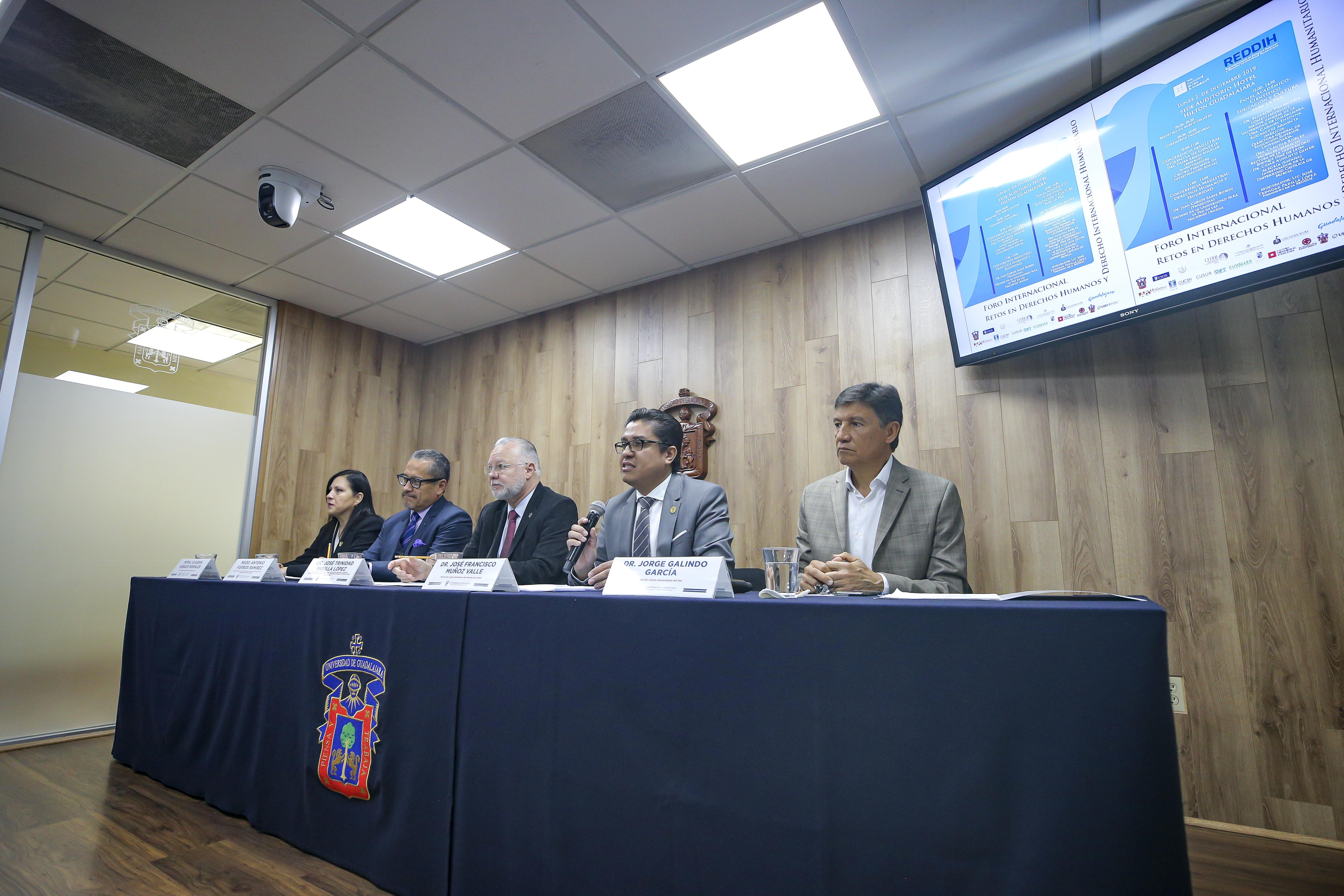 Miembros del presídium, rector CUCS tomando la palabra, toma de costado