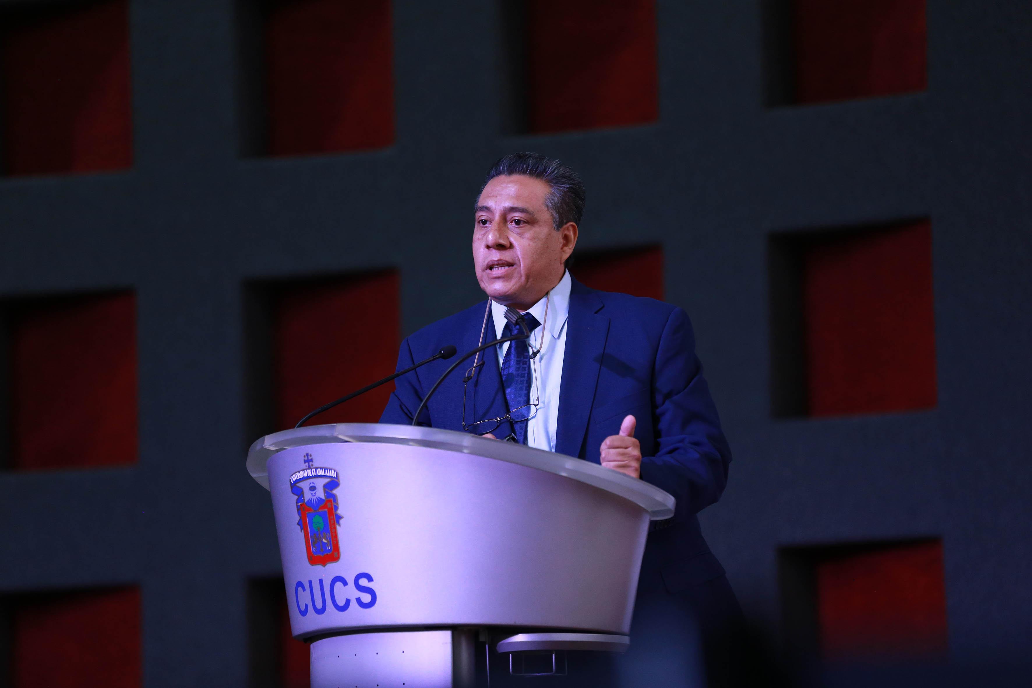 Director Instituto Regional de Salud Pública imartiendo conferencia