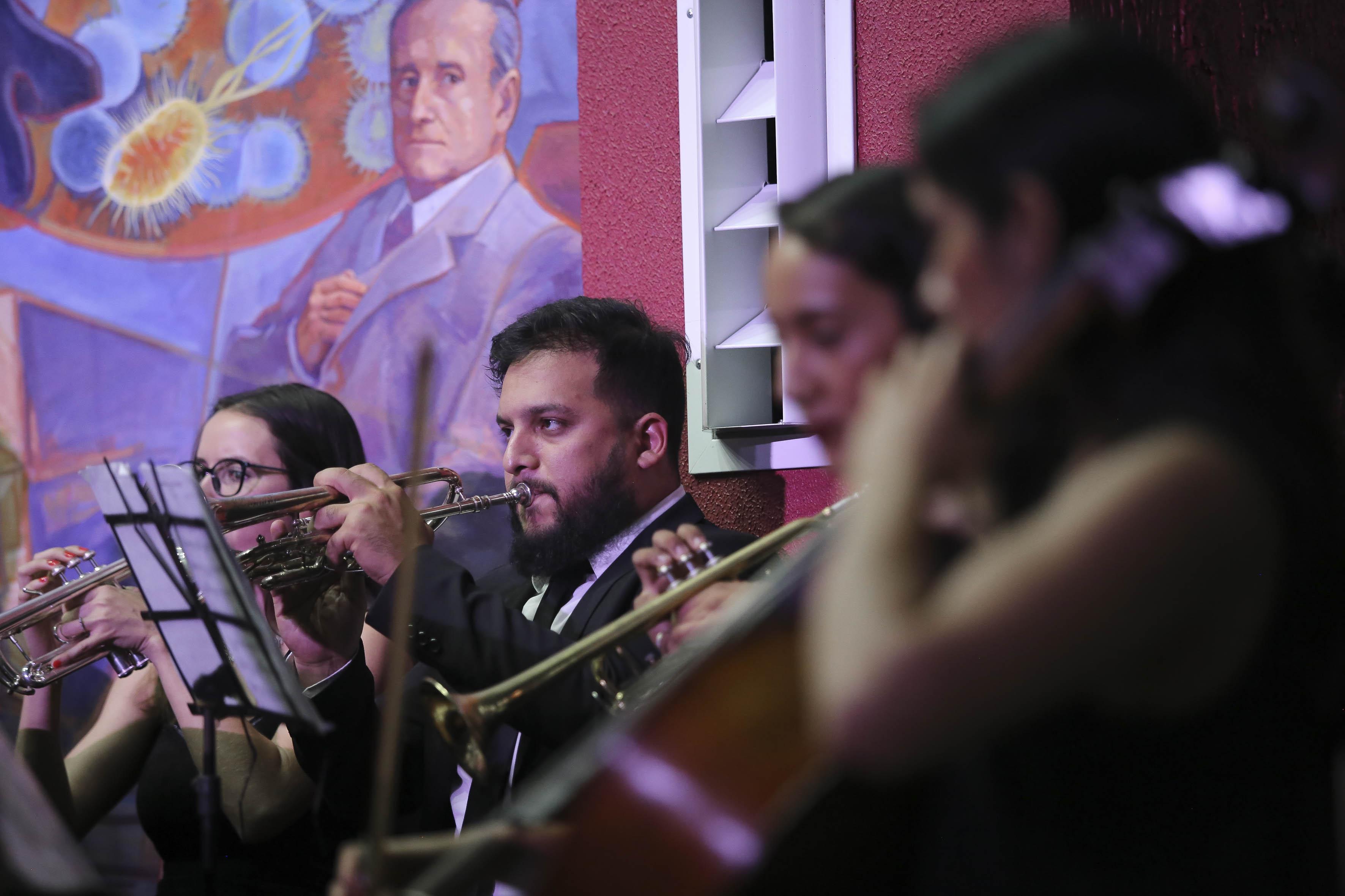 Músicos tocando instrumentos de viento durante el concierto
