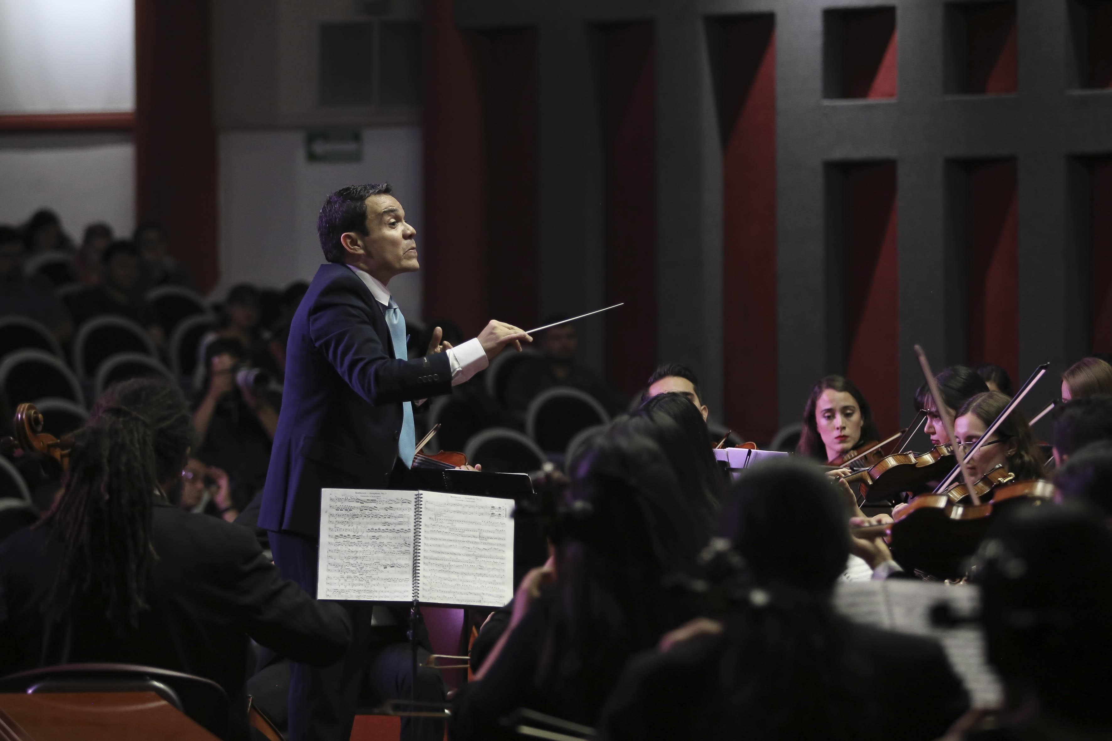 Director de la Orquesta tomado de costado