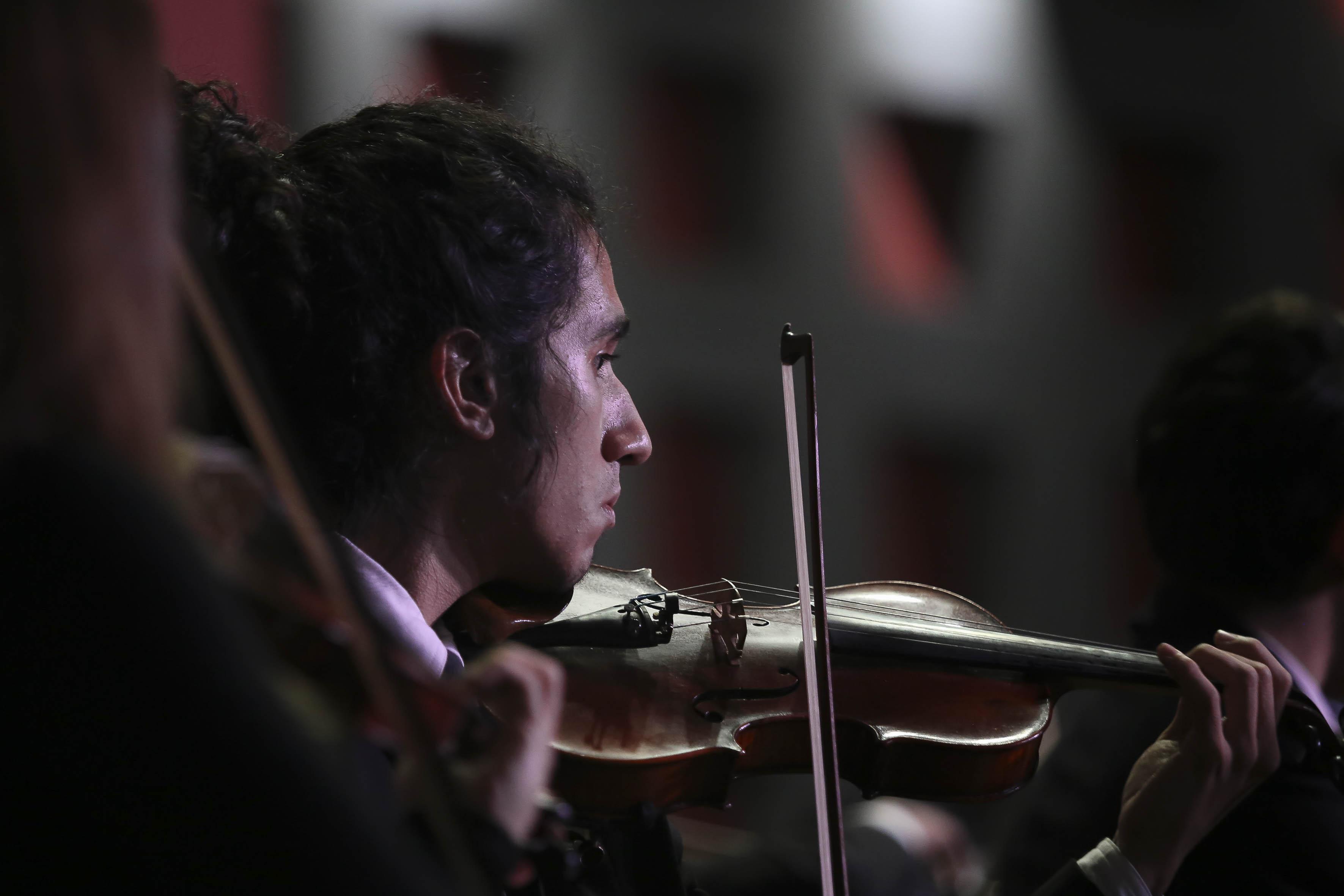 Violinista tocando inspirado