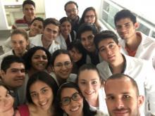 Alumnos con bata blanca tomándose selfie