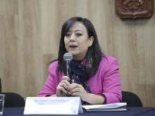 Dra. Norma Ruvalcaba exponiendo en Rueda de Prensa