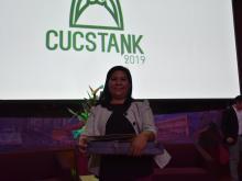 Dra. Sandra López Verdín exibiendo su  premio, al fondo pantalla con logotipo de CUCSTank