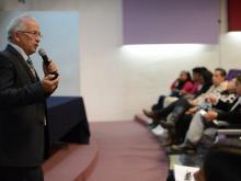 Dr. Alfredo Celis de la Rosa dictando conferencia frente a la audiencia
