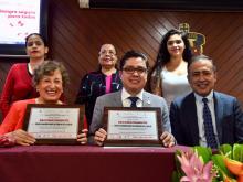Dr. Muñoz, Dra. Cabral y Dr. Andrade posando con sus reconocimientos
