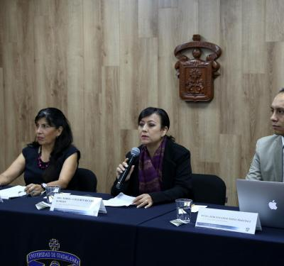 Presídium de rueda de prensa. Al micrófono la Dra. Norma Ruvalcaba