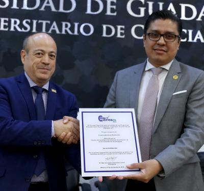 Rector y Presidente del CONAPREN exhibiendo el reconocimiento de acreditación