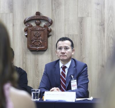Dr. Eduardo Gómez Sánchez al micrófono