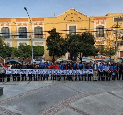 Grupo de alumnos de Emergencias posan para la foto, atrás la presidencia municipal de Aclatlán