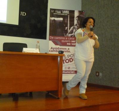 """Mtra. Araceli Prieto dictando conferencia """"Las Violencias que viven las Mujeres"""""""