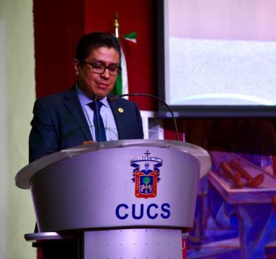 Rector CUCS ofreciendo mensaje de bienvenida desde el pódium