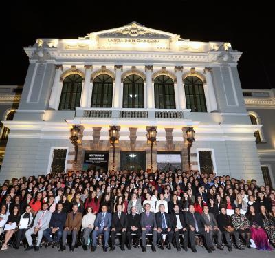 Fotografía panorámica de todos los reconocidas al pie del antiguo edificio de la Rectoría General de la UdeG