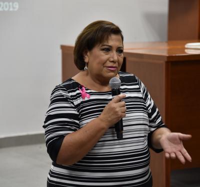 Conferencista compartiendo su testimonio