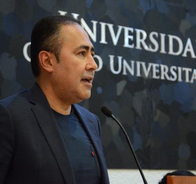 Rector CUCS ofreciendo discurso a académicos