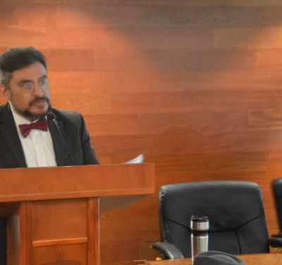Dr. Jorge Campoy dando bienvenida y presentando a ponentes